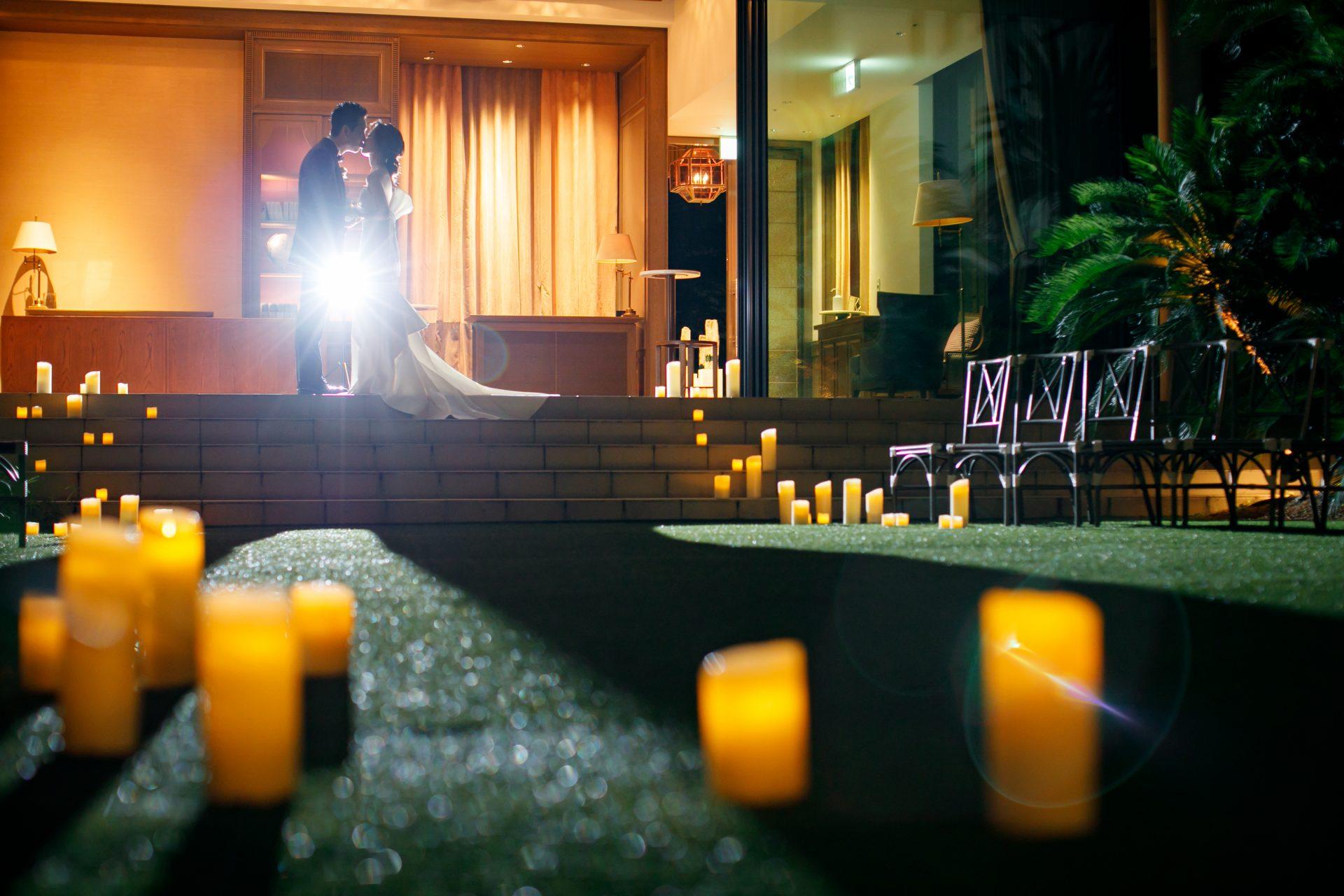 キャンドルをたくさん並べた夜のガーデンウェディングでのお写真撮影は、昼間の結婚式場の光景とは全く違う大人っぽい幻想的な雰囲気となり、思い出に深く残る大切な時間になります