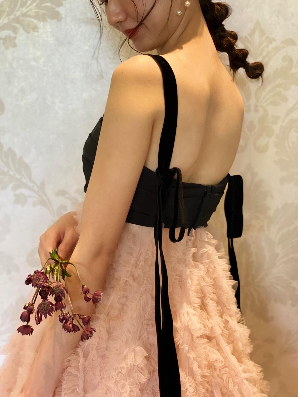 大阪の人気な結婚式会場でお色直し入場をされる、ブラックとピンクのカラードレスをお召になられた花嫁様