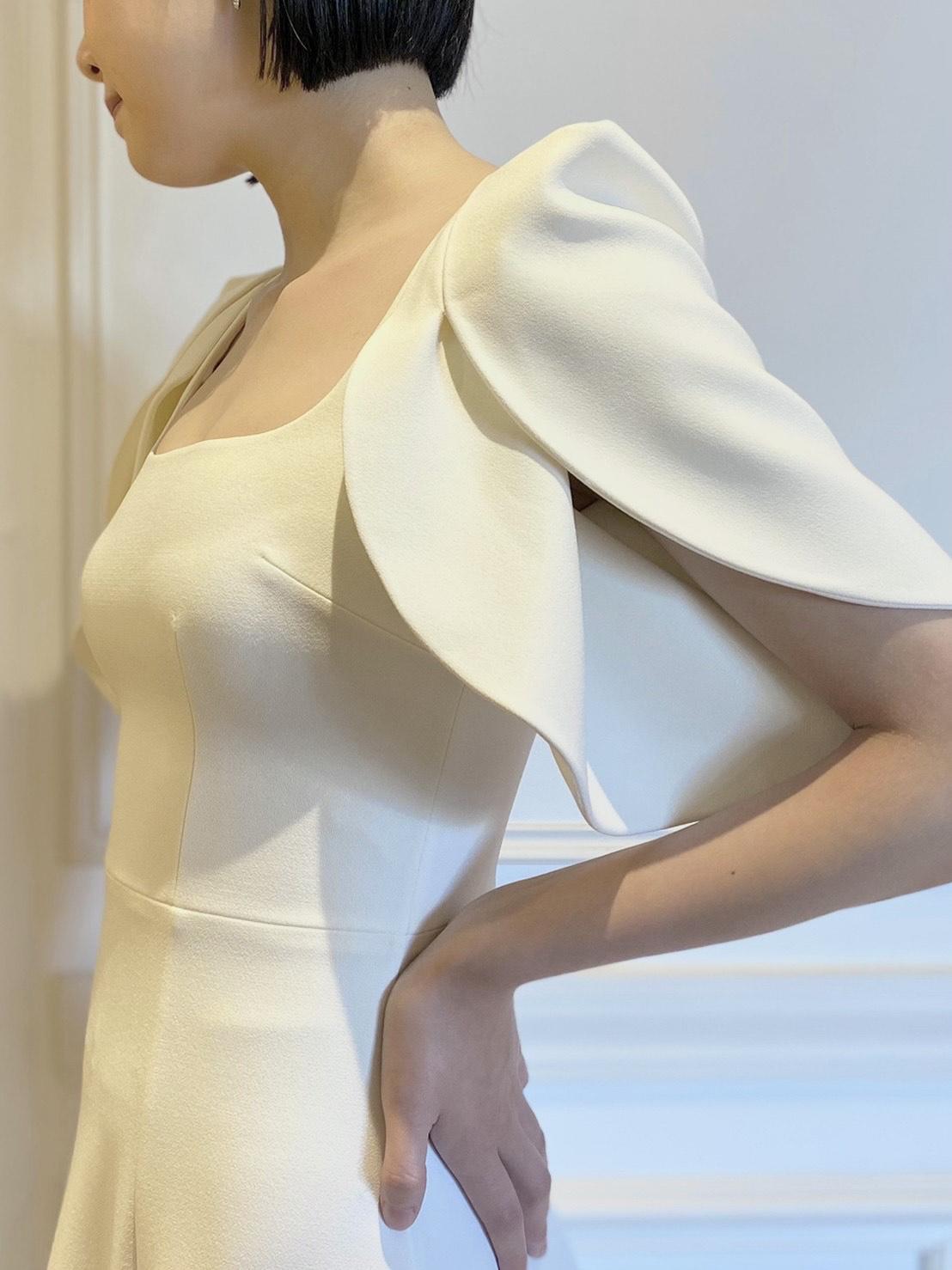Safiyaaのクレープ素材が美しいシンプルなAラインウェディングドレス