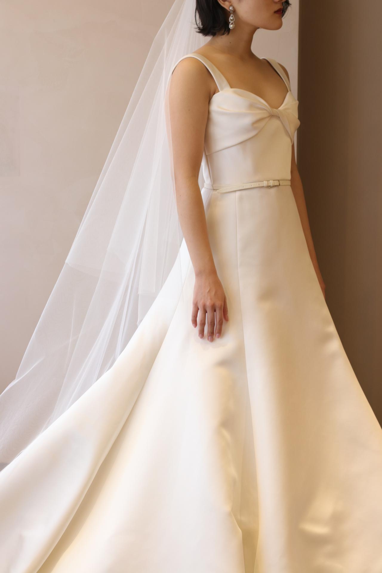 東京の人気ドレスショップTHETREATDRESSINGアディション店からご紹介させていただくのは、上質なシルクサテンを使用した王道なAラインが美しい新作のウェディングドレスです