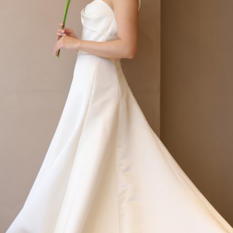 女性のお身体を綺麗に見せることに拘ったインポートブランドのAライン・スレンダーラインのウエディングドレスは360度どこから見ても美しいシルエットを叶えます