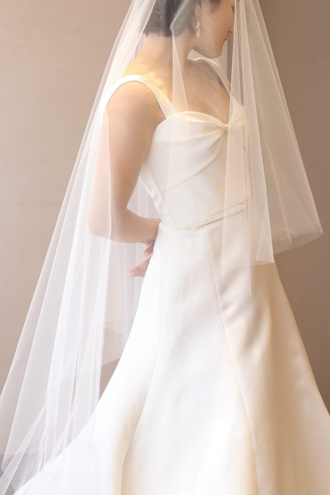 ザ・トリート・ドレッシングの提携会場、パレスホテル東京など格式高いホテルウェディングで圧倒的な存在感を放つのは、春の暖かい日差しでシルクの光沢感が増す洗練された上品で美しいインポートドレスです