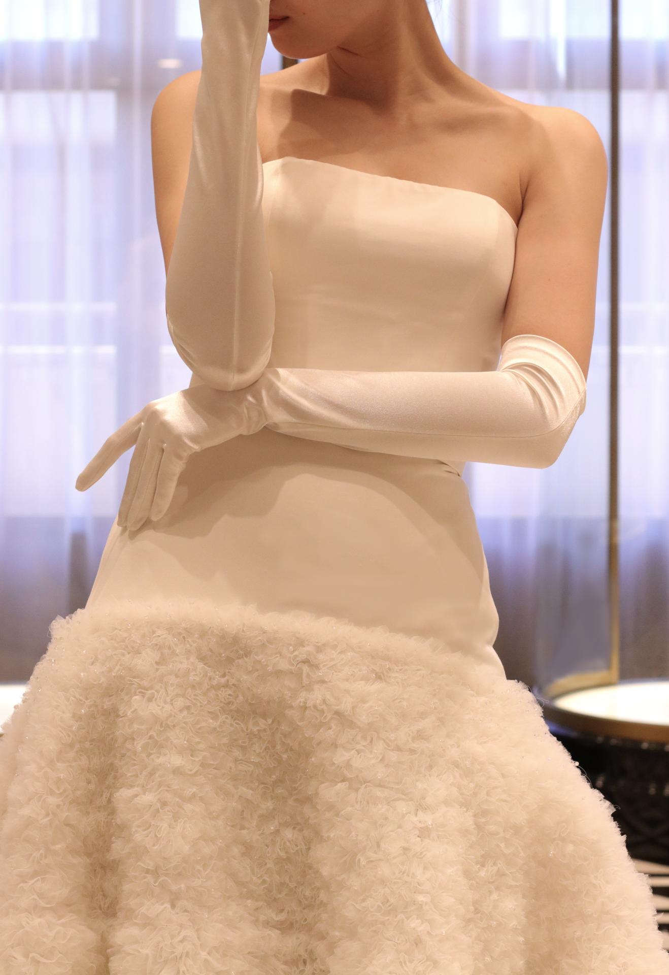世界中のセレブや花嫁から注目されるヴィクター・アンド・ロルフのウェディングドレスは、モードでスタイリッシュな印象の中にも上品さやクラシカルさを感じさせる唯一無二のデザインで、お洒落な花嫁様に人気の写真映えする1着です