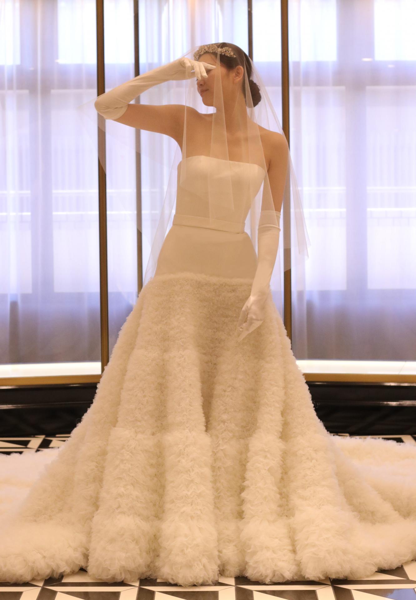 東京の人気ドレスショップ THETREATDRESSINGアディション店からご紹介させていただくのは、今注目のブランドヴィクター&ロルフマリアージュより存在感のあるロングトーレンと異素材の組み合わせが特徴のウェディングドレスです
