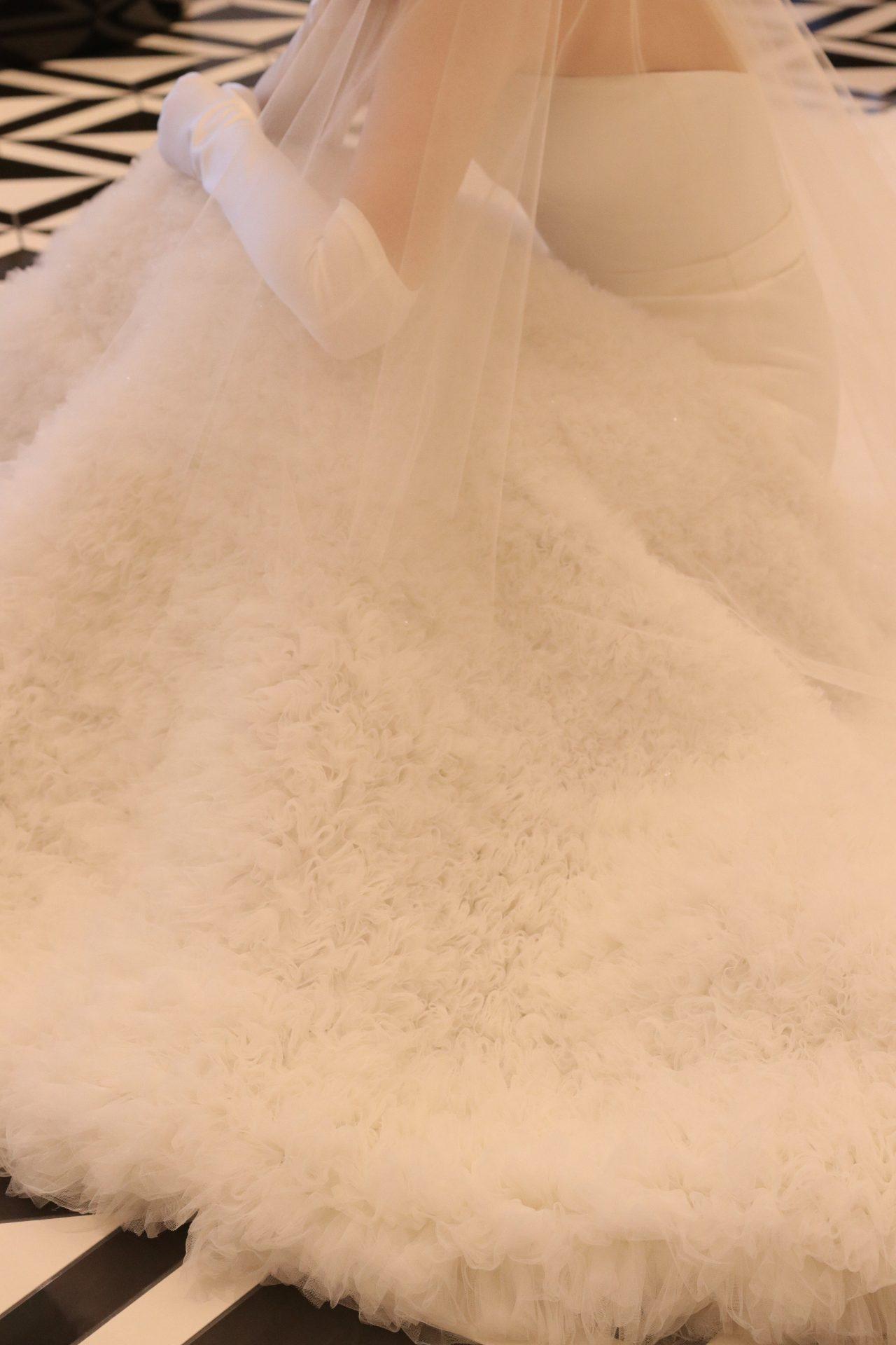 繊細なビジューが施されたラッフルチュールを贅沢に使用したスカートが優美でゴージャスな印象のウェディングドレスは、2021年春の結婚式のご新婦様より沢山のお問合せをいただいているヴィクター&ロルフマリアージュの特別な1着です