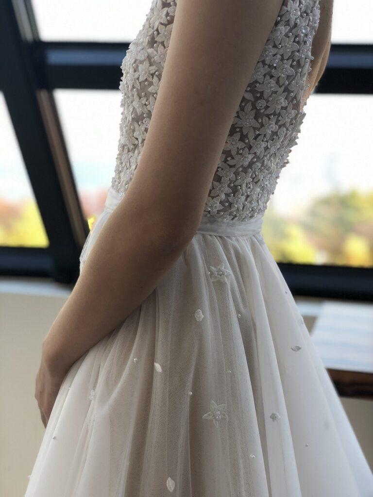 お花の刺繍が上半身全体に施されたReem Acra(リーム・アクラ)のドレスはおしゃれな花嫁さまにおすすめ