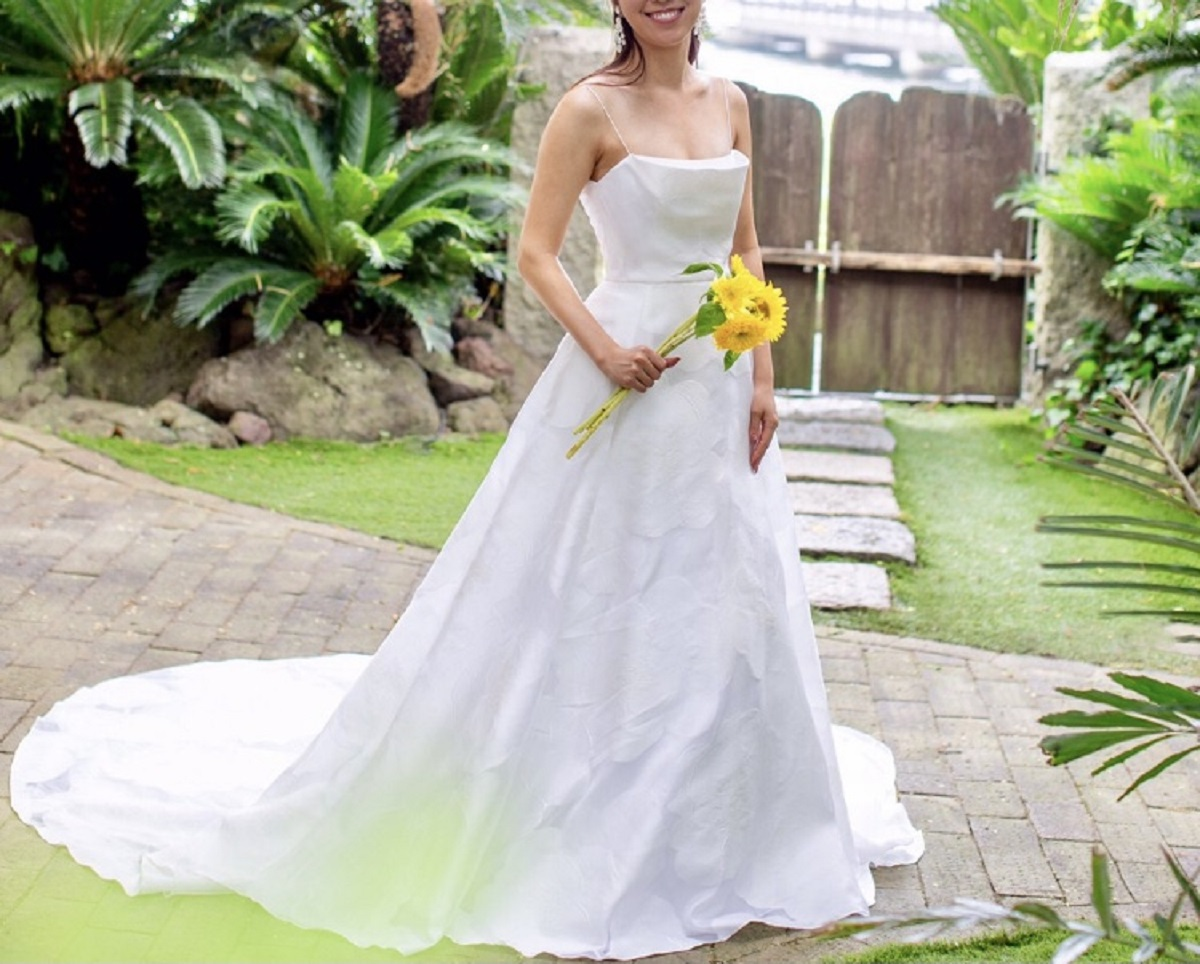 ザ・ルイガンズのリゾート感溢れるガーデンウエディングにおすすめの、バックトレーンが美しいキャミソールのAラインウエディングドレス