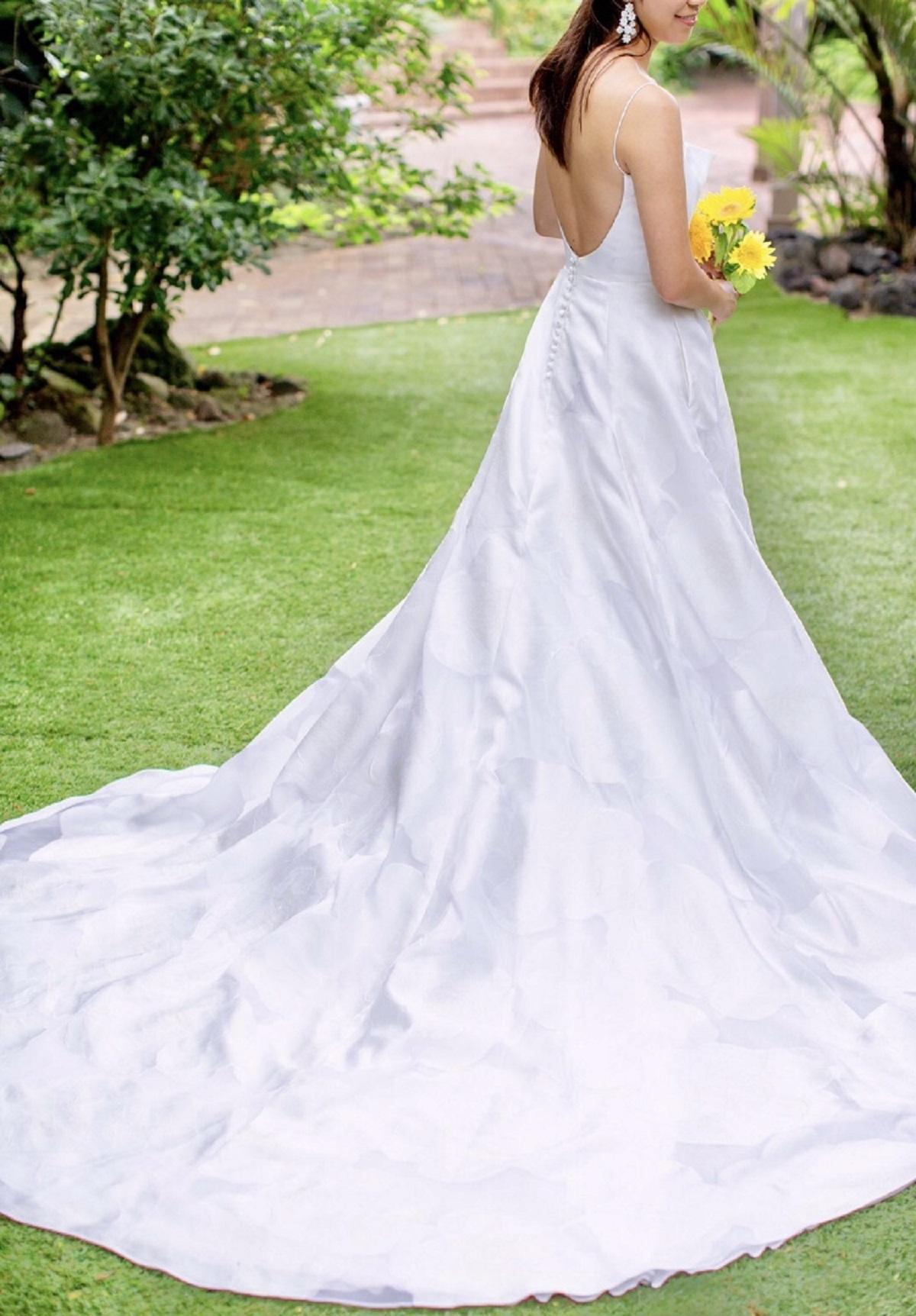 ザ・ルイガンズの爽やかな夏のパーティーにぴったりな、軽やかで透明感ある生地が素敵なレンタルウエディングドレス