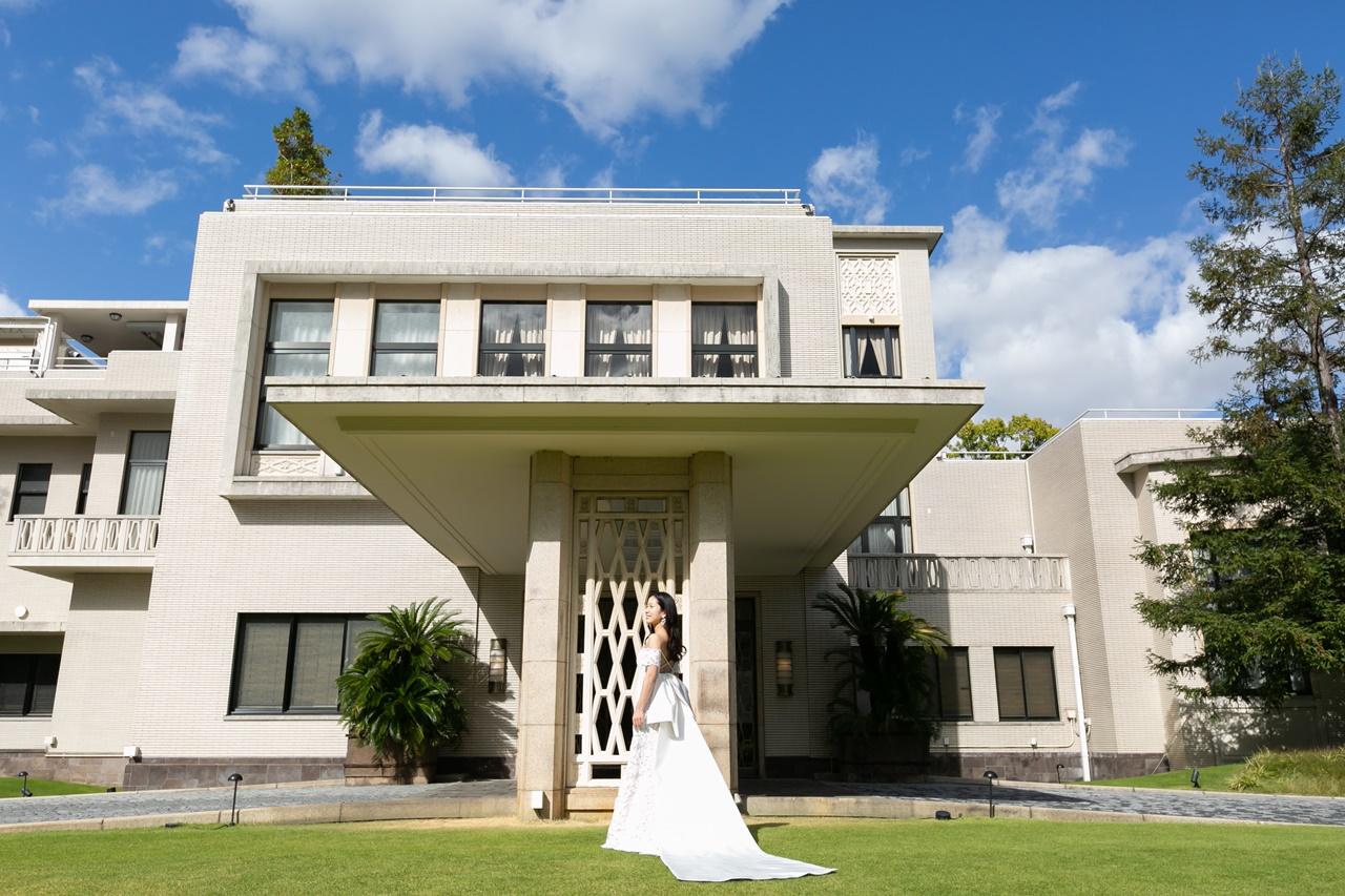 春や夏のお式にぴったりなザ・ガーデンオリエンタル・大阪に合うオフショルダーのカットレースが圧巻のAラインのウェディングドレス