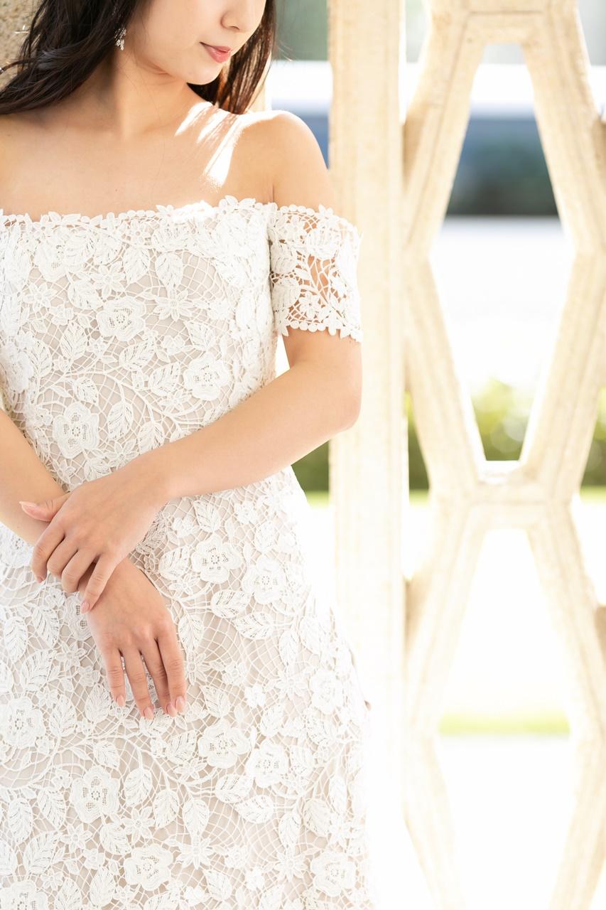 ザ・ガーデンオリエンタル・大阪のモダンでオシャレな結婚式場に映えるオフショルダーのAラインのウェディングドレス