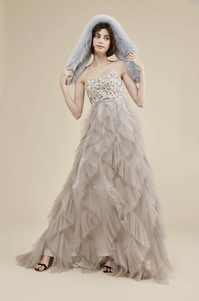 TREAT MAISONの1st Collectionのカラードレス。トレンドカラーのニュアンスカラードレスで、インポートの素材でつくられた繊細なビーディングが美しく輝きます。