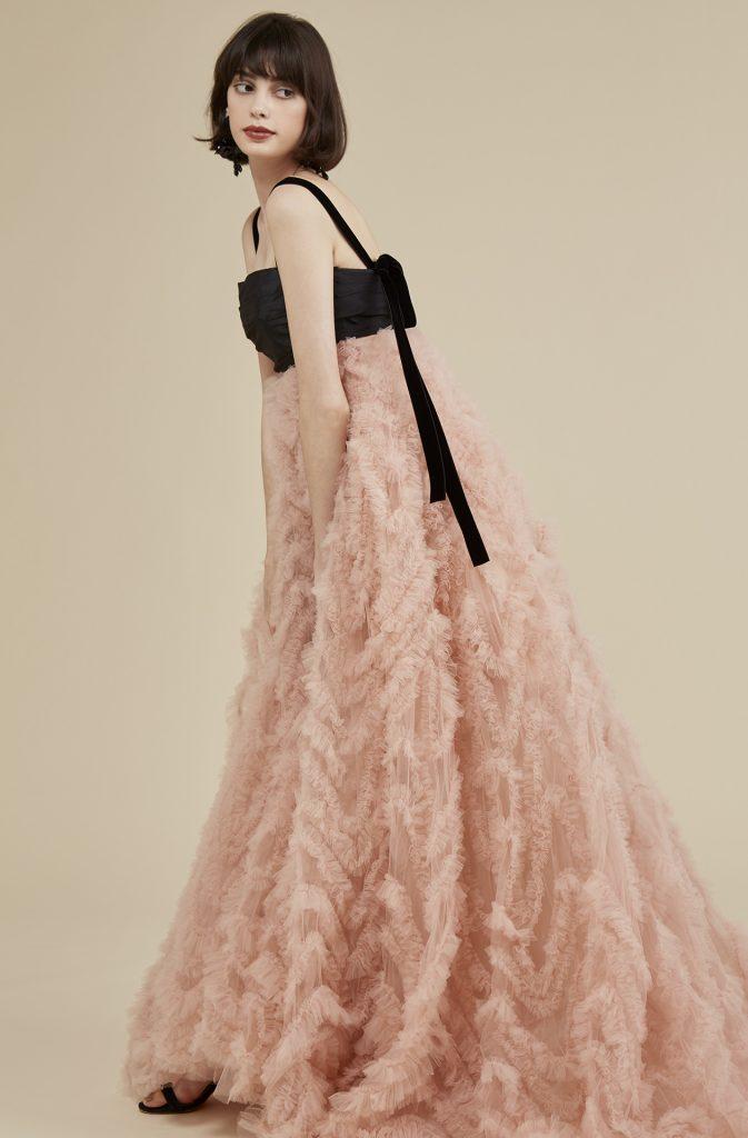 TREAT MAISONの1st Collectionのカラードレス。トレンドカラーのニュアンスピンクと、ブラックリボンでファッショナブルな1着です。