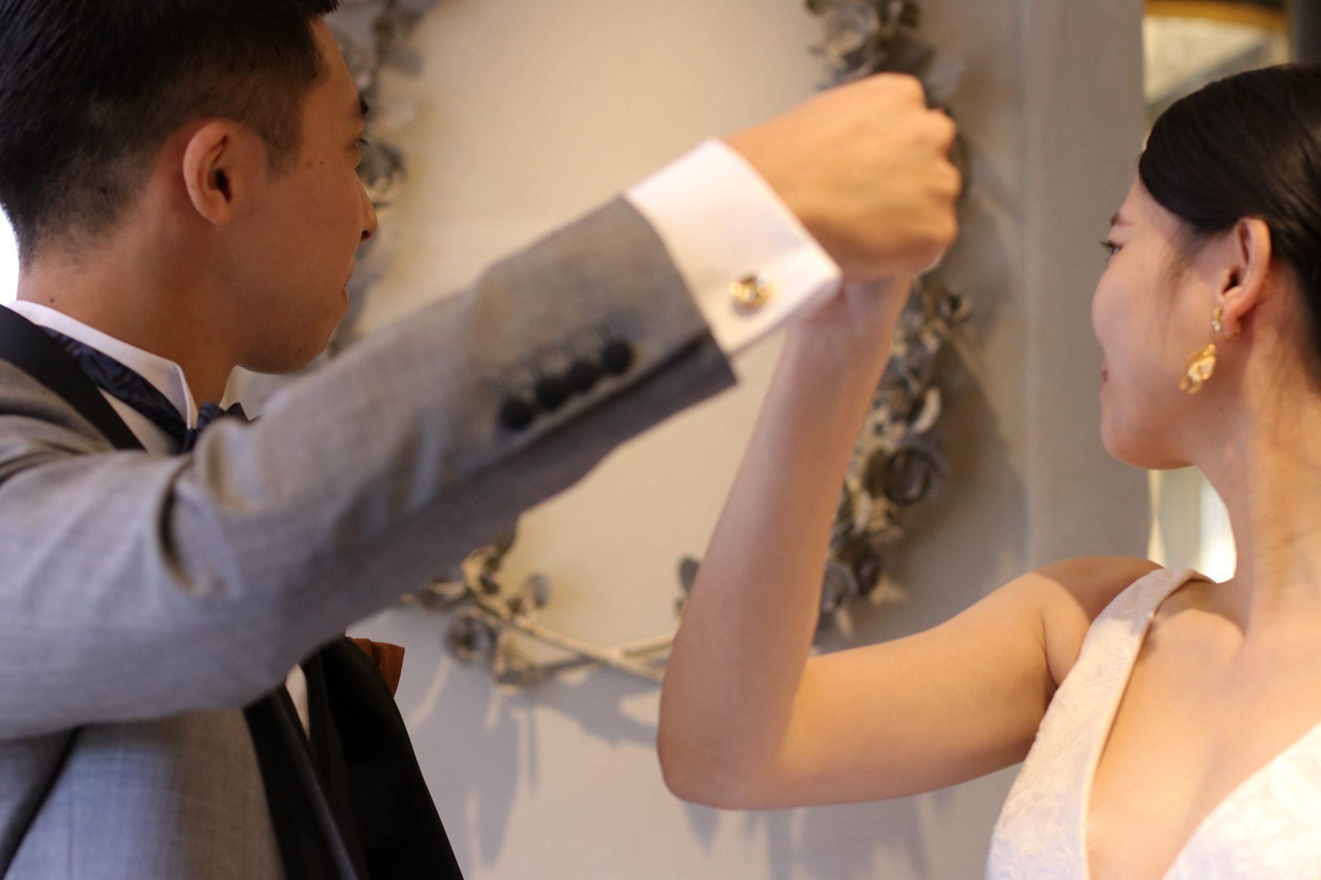 カフリンクスのカラーと結婚指輪、新婦様のイヤリング等のアクセササリーと組み合わせすると、お二人のトータルコーディネートの完成度が上がります