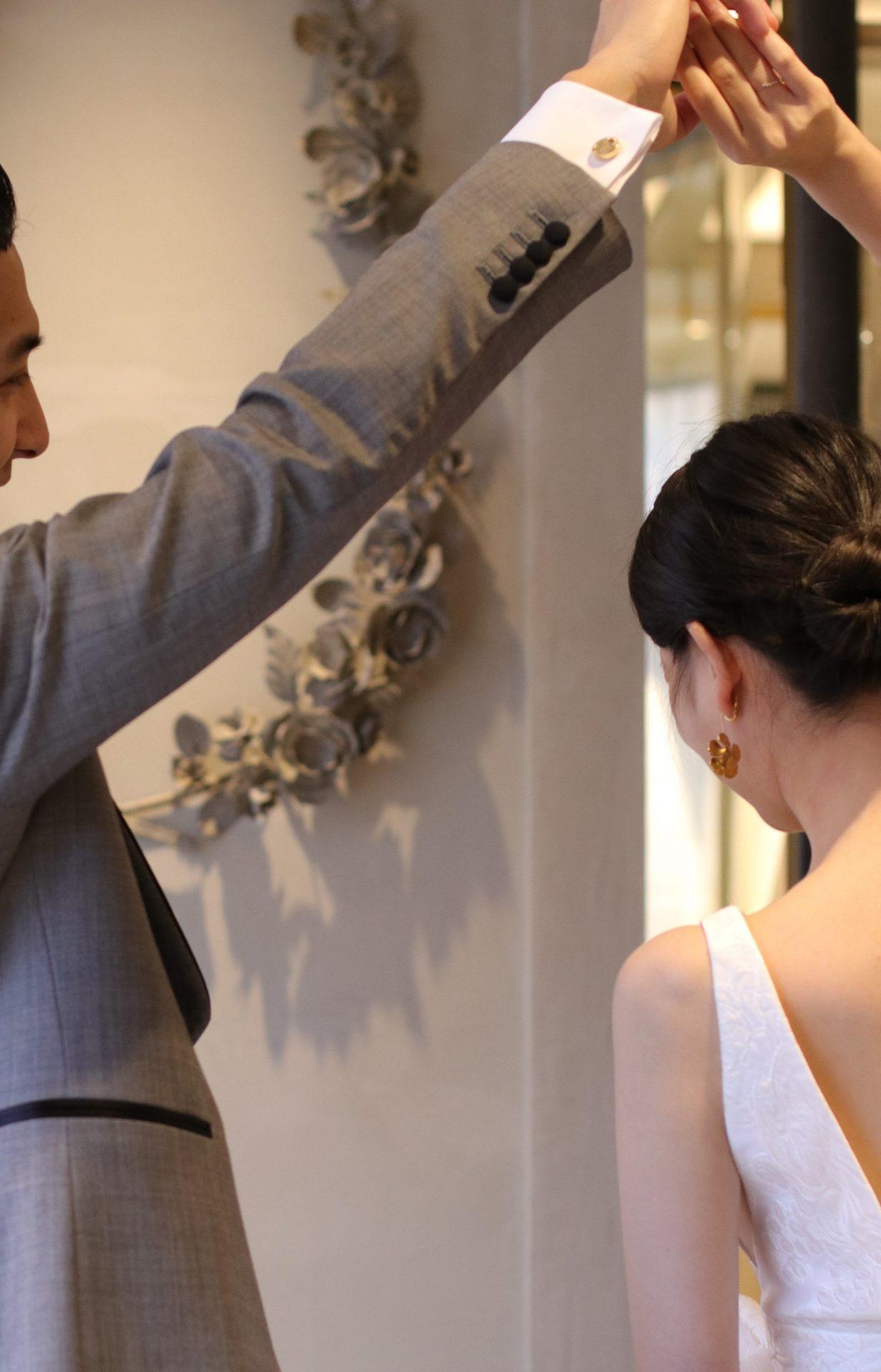 カフリンクスのカラーと結婚指輪、新婦様のイヤリング等のアクセササリーと組み合わせすると、お二人のトータルコーディネートの完成度が上がります。