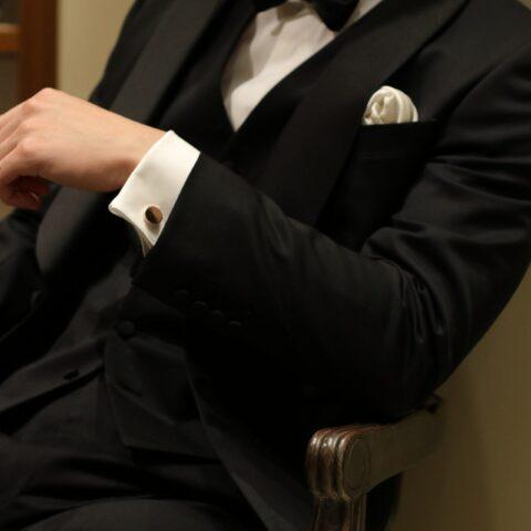 上質な大人の結婚式披露宴をイメージする方には、新郎様のタキシードは、お掛けいただいた姿ですら映画ダブルオーセブンのようにより男性的に格好よくお召いただけるブラックタキシードがおすすめです