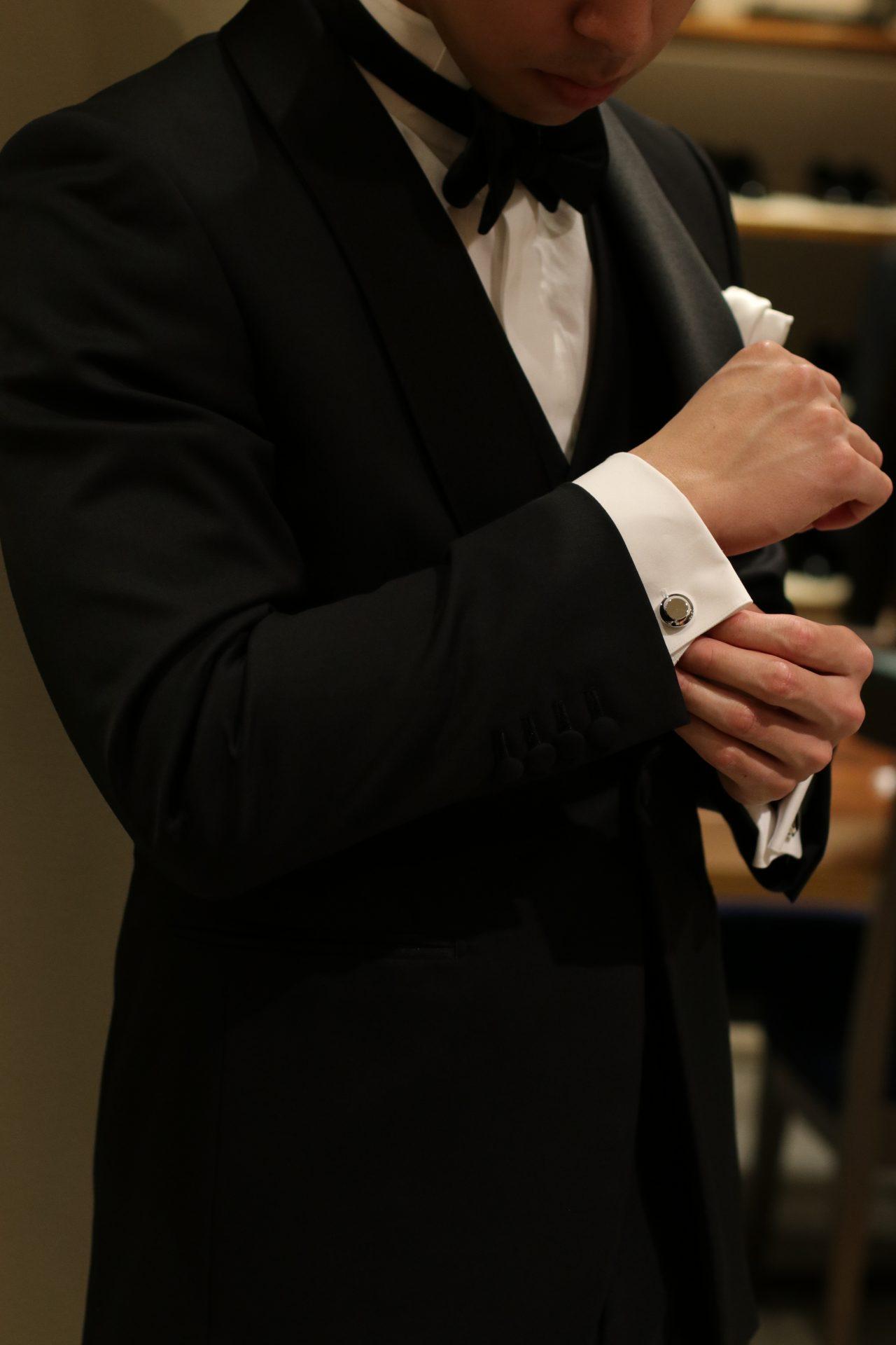 パレスホテル東京での結婚式でお召しになるフォーマルなタキシードにアリスメイドディスのシルバーのカフリンクスを合わせるとよりクラシカルで洗練された印象になります。