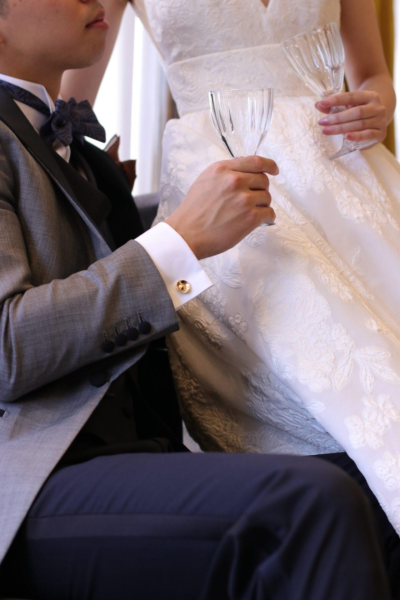 カフリンクスは結婚式中の新婦様をエスコートする際や乾杯、ケーキカット入刀等新郎様の仕草によってタキシードから覗く為、細部まで拘っていただきたいアイテムです。