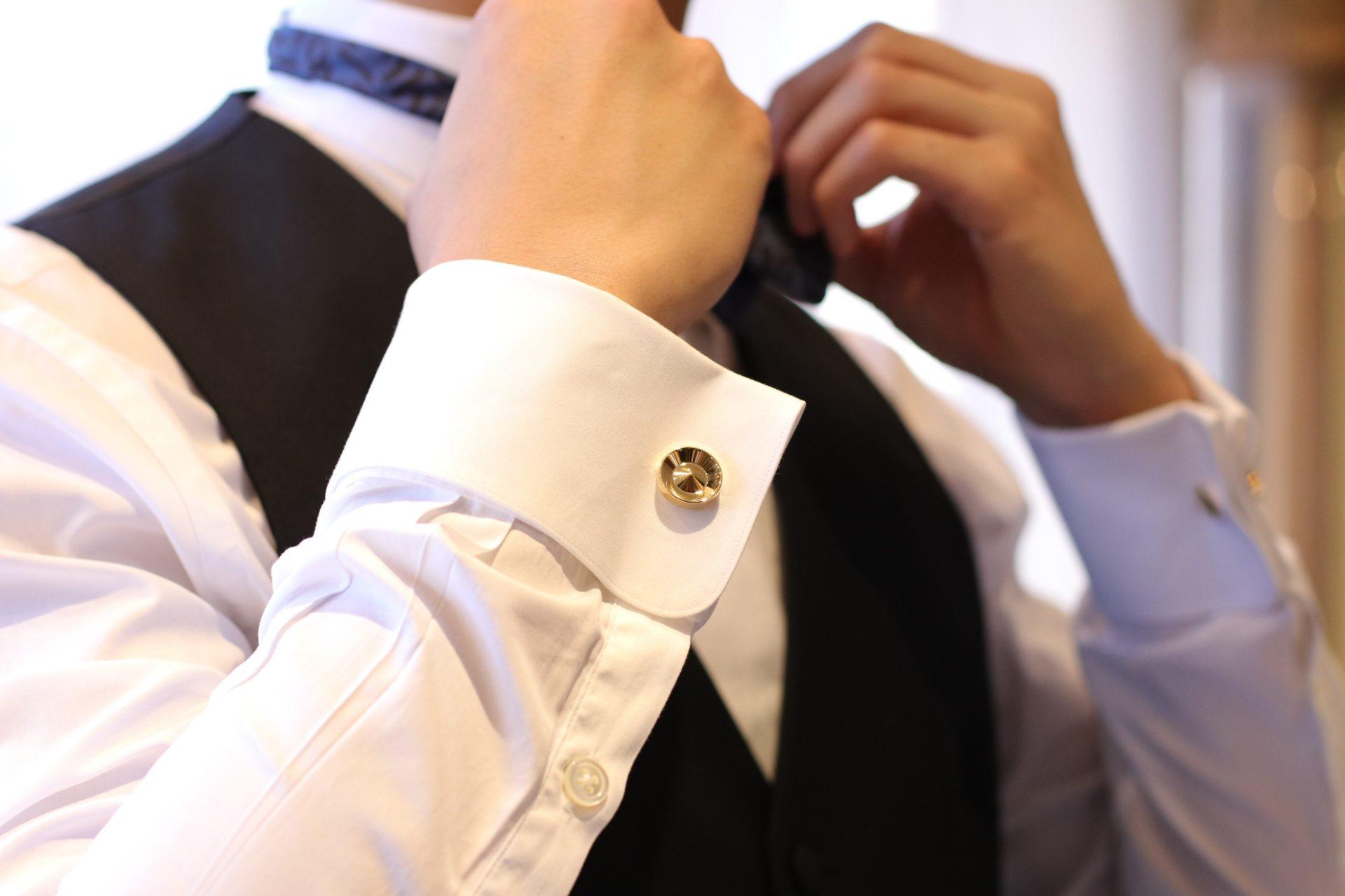 フォーマルな白シャツにゴールドのカフリンクスを合わせると新郎様の装いにより高級感や特別感を演出いたします。