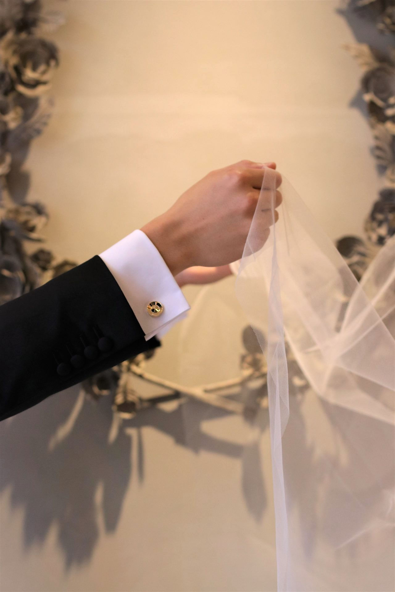 パレスホテル東京のチャペルでの挙式や葵西や葵東での広い披露宴会場でも、華やかに見えるゴールドのカフリンクスはタキシードの袖元から存在感を放ちます。