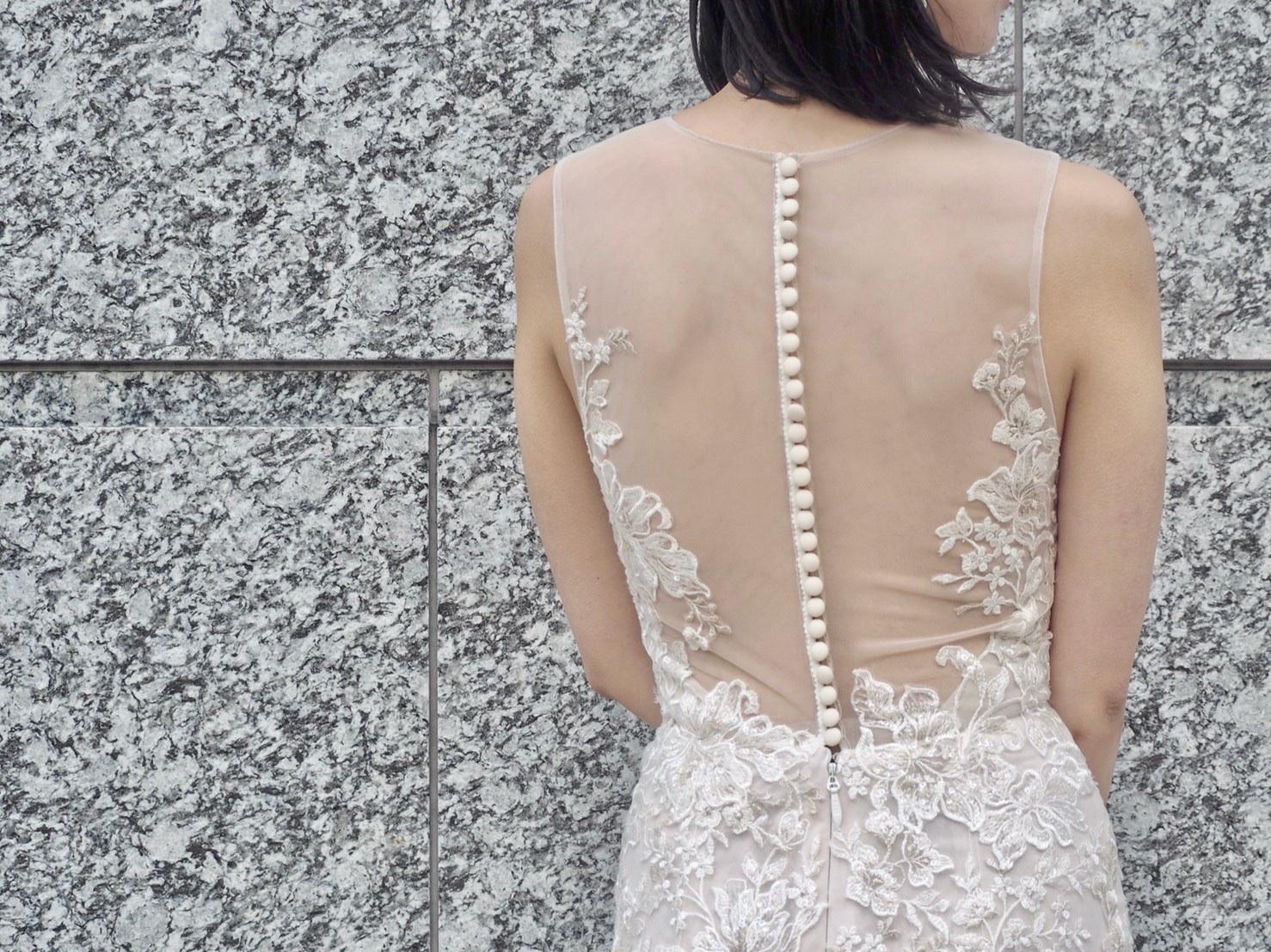 トリートドレッシング神戸店にてお取り扱いのあるシースルーのお背中がポイントのマーメイドドレスのご紹介