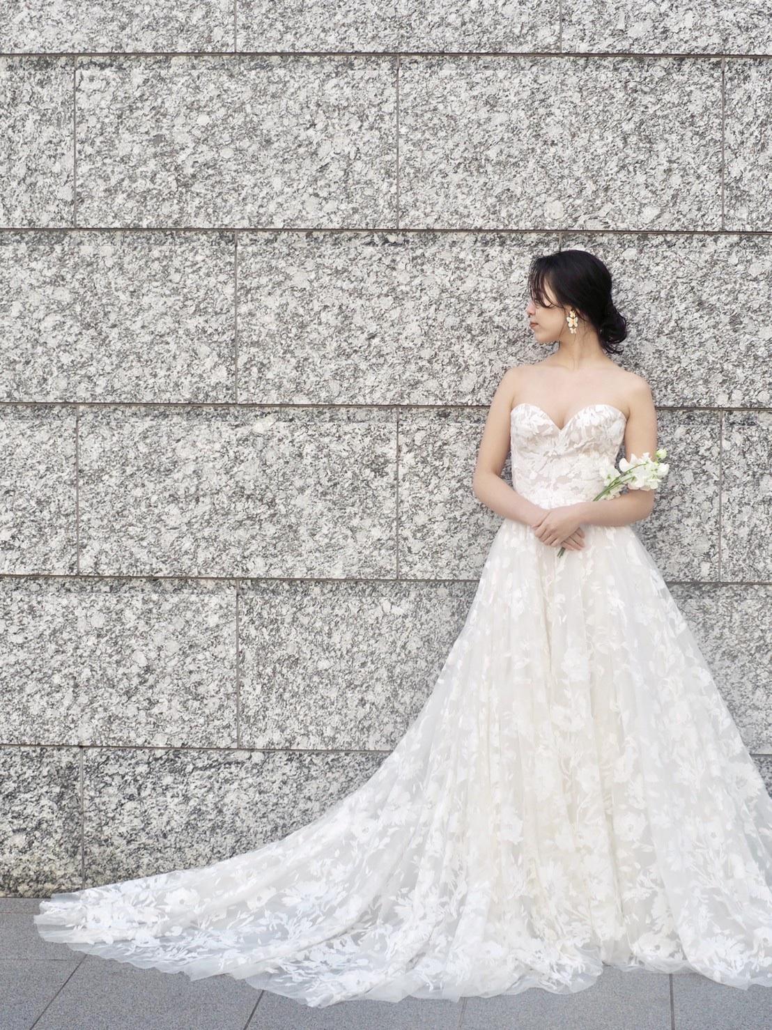 モニークルイリエ(Monique Lhuillier)の姉妹ブランド、ブリスモニークルイリエの販売ウェディングドレスよりスパンコールの刺繍が全体に施されたドレスのご紹介