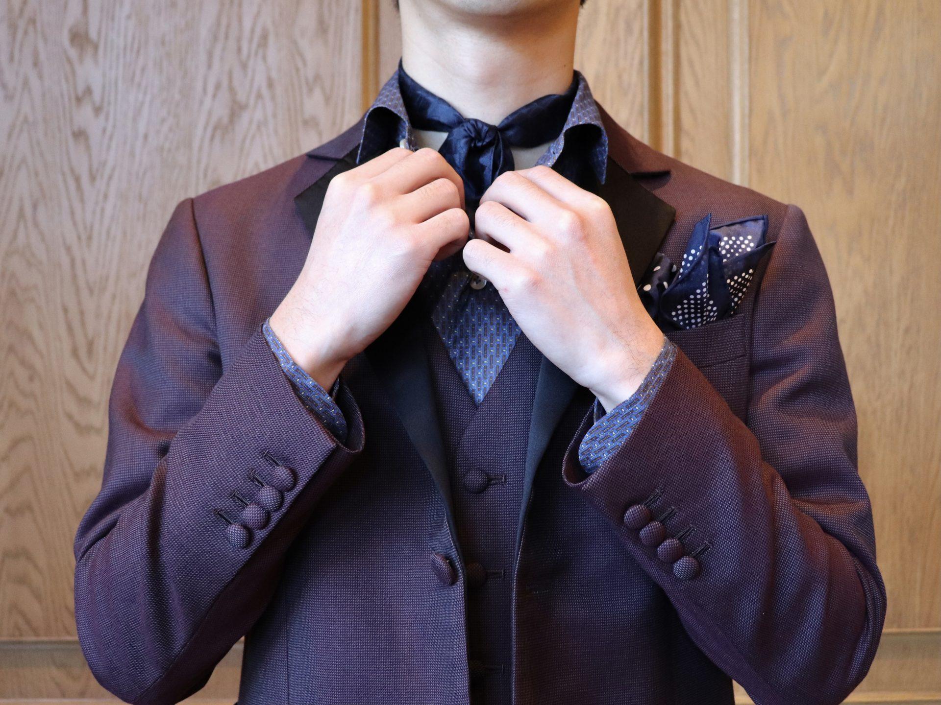 ザトリートドレッシング名古屋がご紹介するボルドーのお衣裳とネイビーアイテムを使ったダンディーな新郎様のお色直しコーディネート