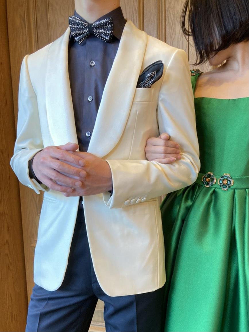トリートジェントルマンがおすすめするサテンのカラードレスと白色のタキシードのエレガントなコーディネート