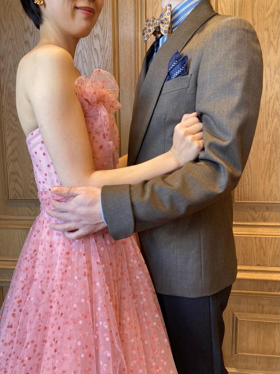 THETREATDRESSING名古屋店でおすすめするフェミニンなカラードレスとブラウンのジャケットを使用したご新郎様のコーディネート