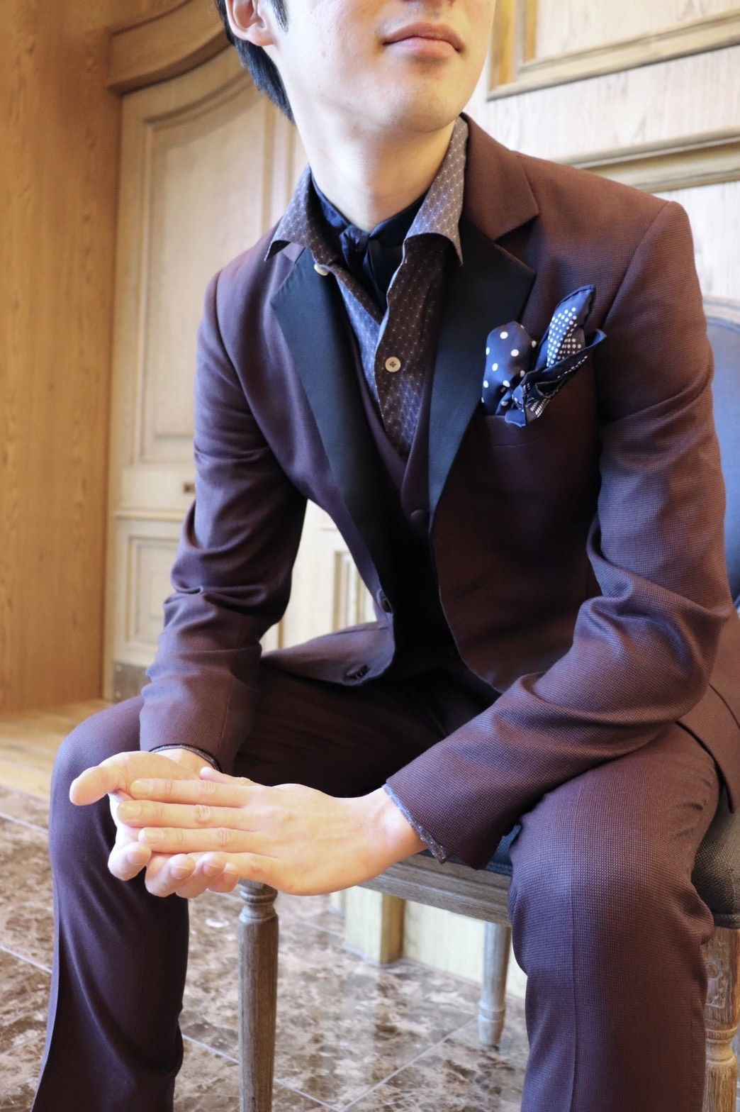 ザトリートドレッシング名古屋店がお勧めするご新郎様のボルドーのお衣裳を使用した個性のあるお色直しスタイル