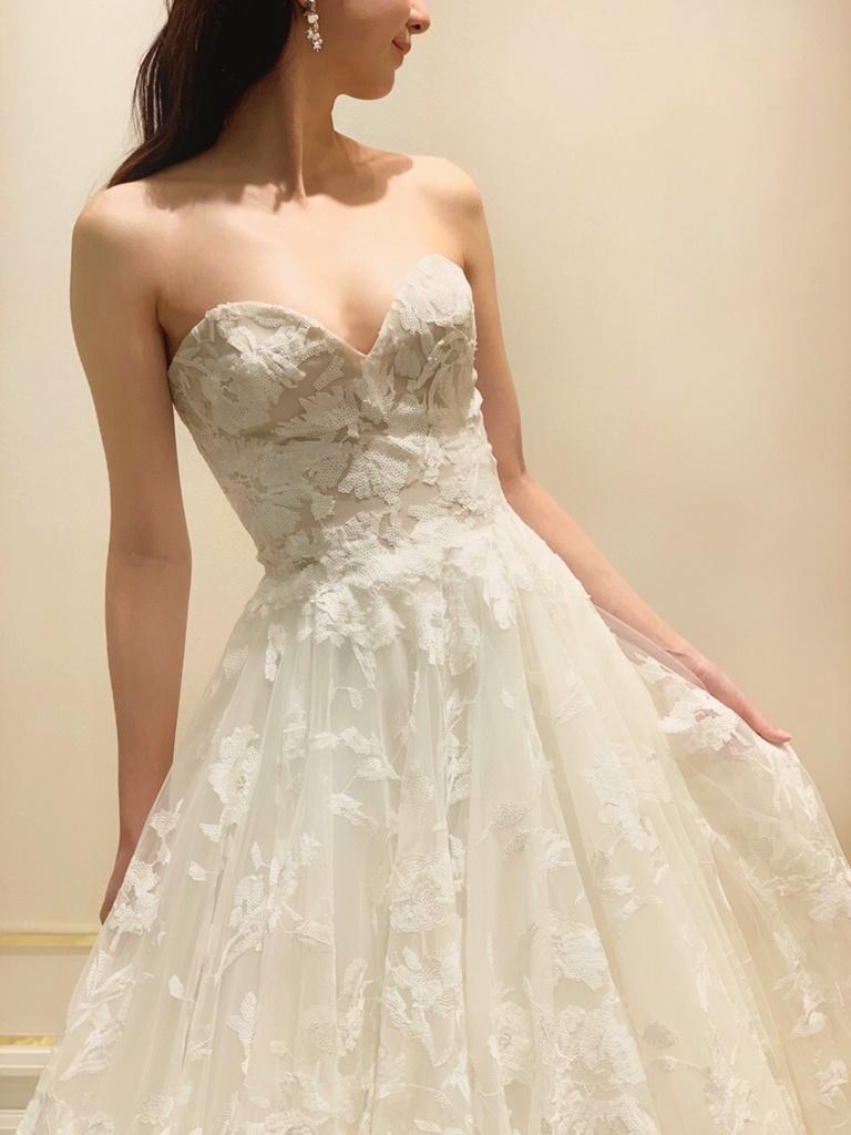 大阪の結婚式場におすすめのブリス モニークルイリエの華やかな総レースのウェディングドレス