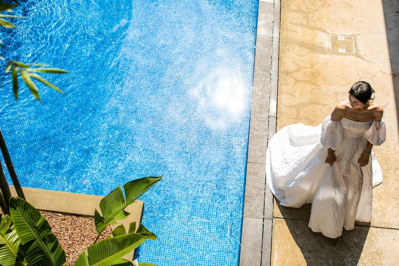 レラ・ローズの真っ白でふんわりとしたウエディングドレスは、ウィズザスタイルのプールサイドでのアットホームなパーティーにぴったり