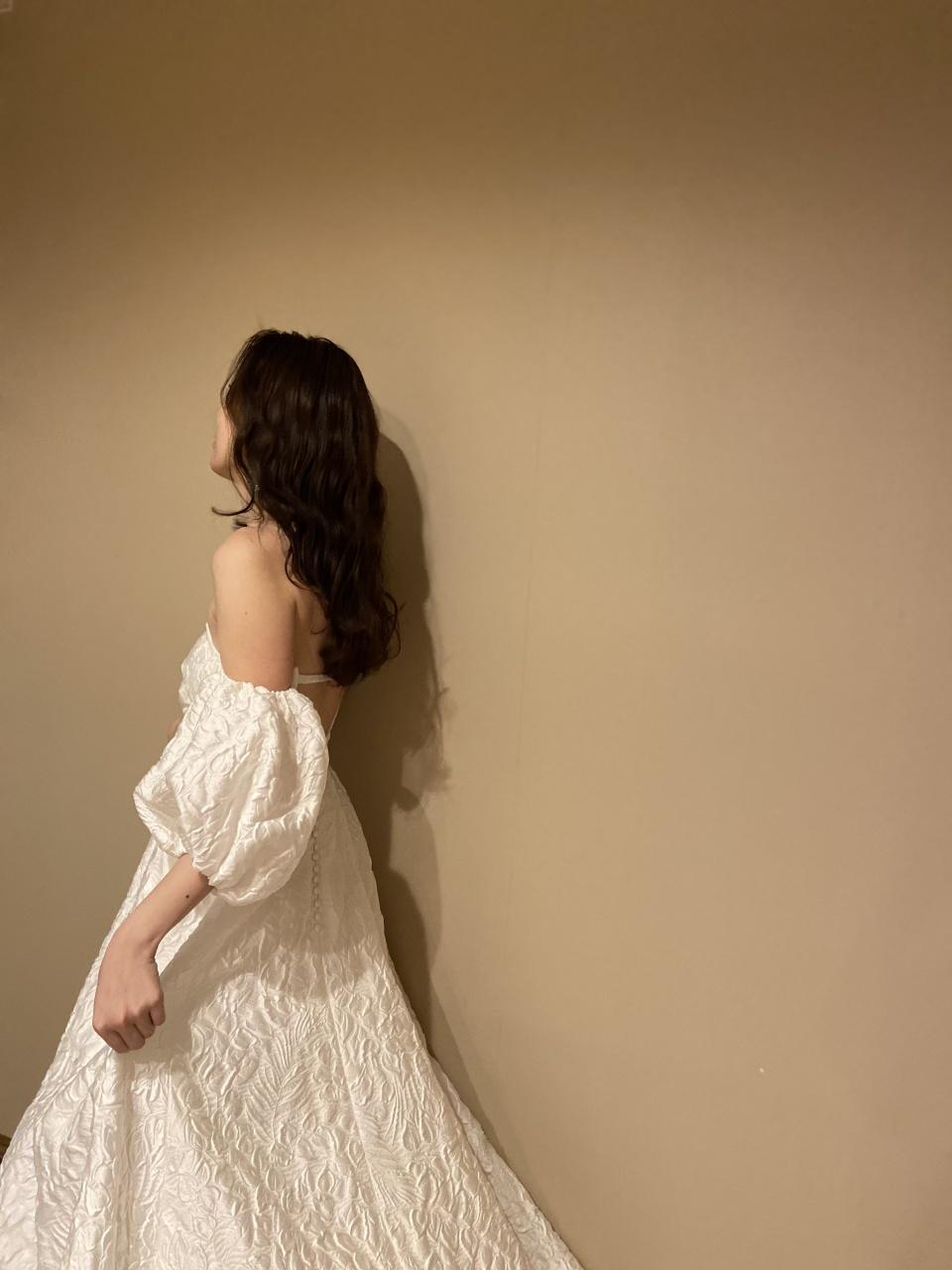 パフスリーブがトレンド感あふれるジャガード素材のウエディングドレスは、リラックスモードあふれるパーティーにおすすめ