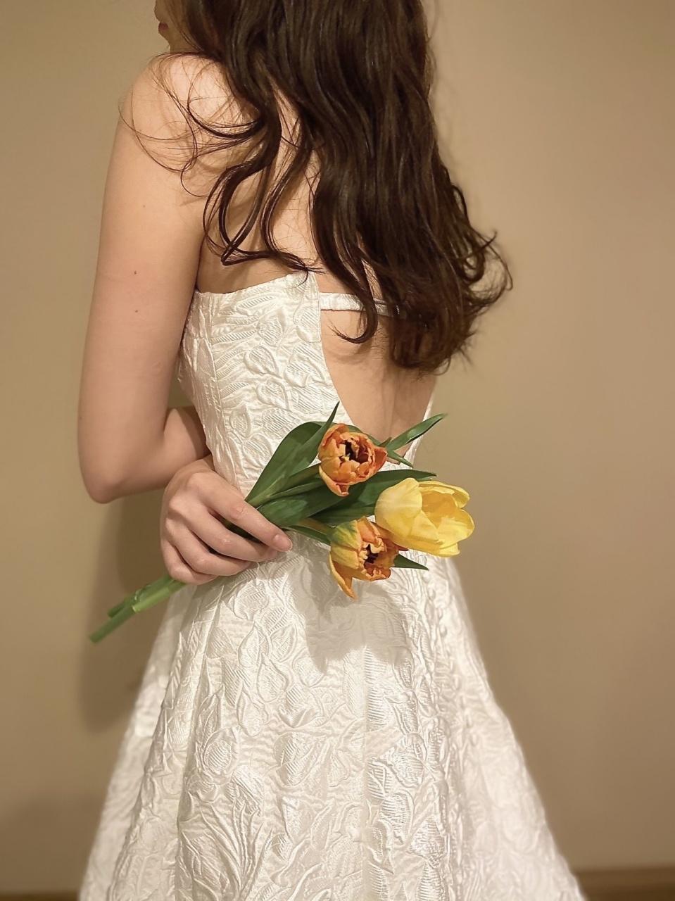 ウィズザスタイルのラグジュアリーな雰囲気にぴったりなAラインのウエディングドレスは、ウェーブのダウンヘアを合わせて抜け感を出してお召し頂くのも素敵