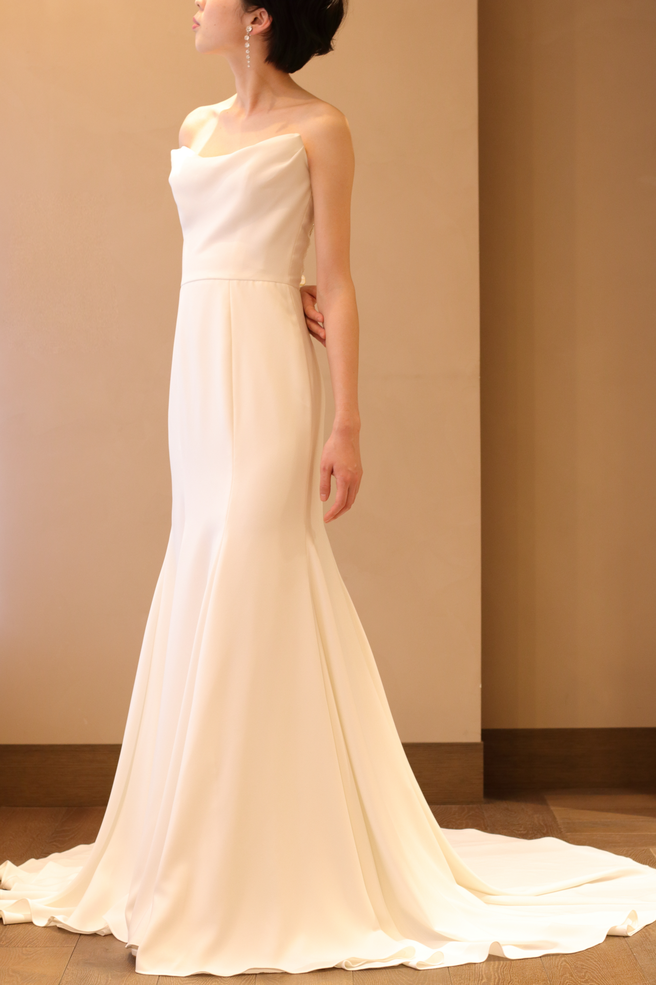 ブリスモニークルイリエのウェディングドレスはお洒落な花嫁も注目のシンプルなデザインで、クレープ素材のしっとりとなめらかな質感が美しいスレンダーラインのドレスです