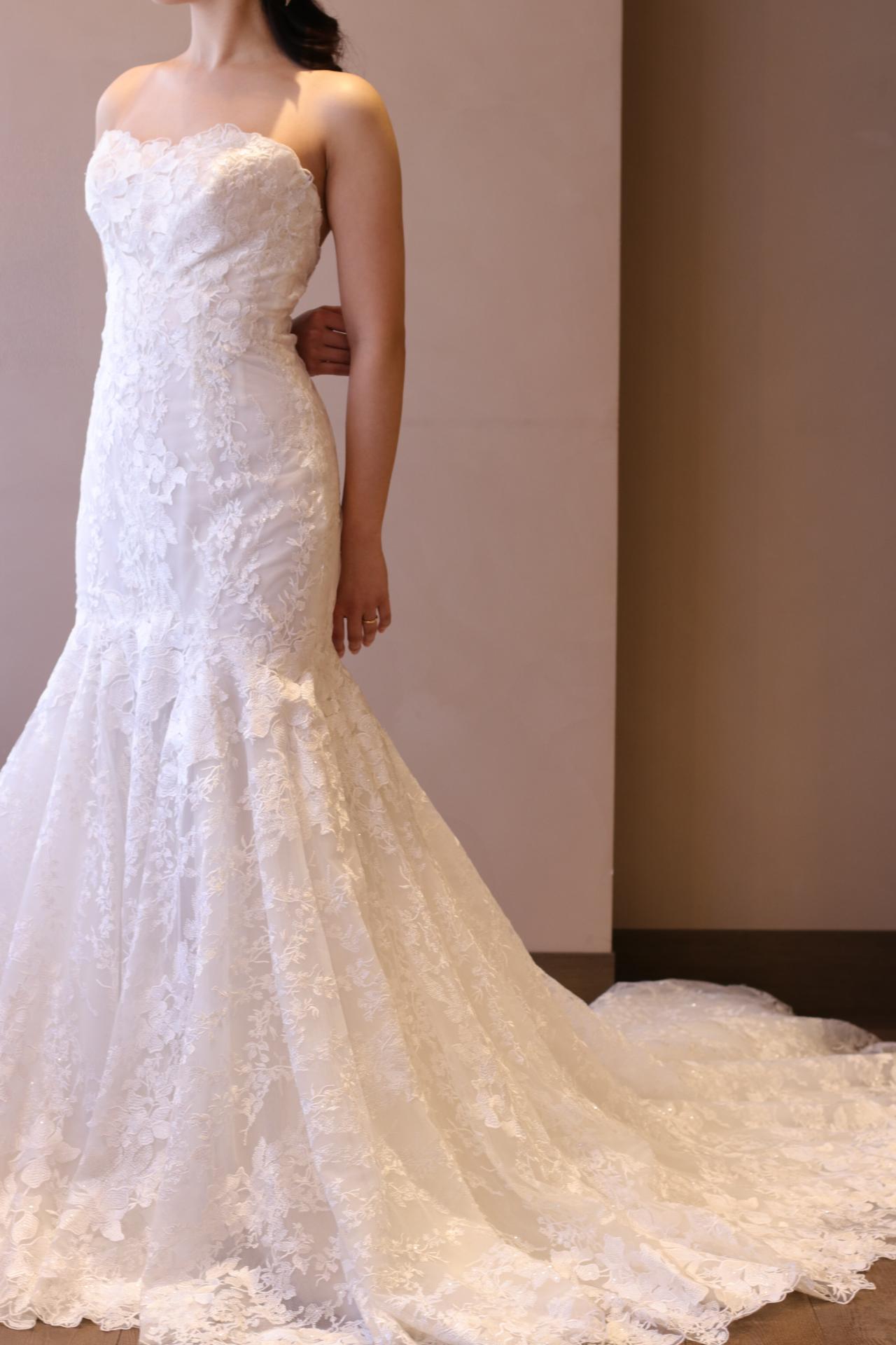 ブリスモニークルイリエのマーメイドラインのウェディングドレスは、総レースのフラワーモチーフが女性らしく、お胸元の高さも安心感がある為、日本人の花嫁にも愛されるデザインです