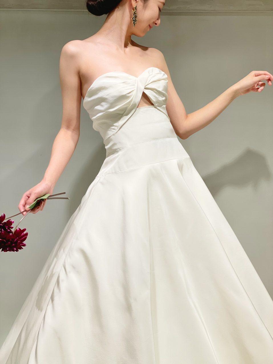 インポートドレスをセレクトしているザ・トリートドレッシング大阪店で人気のオスカー・デ・ラ・レンタのシンプルでモダンなAラインのウェディングドレス