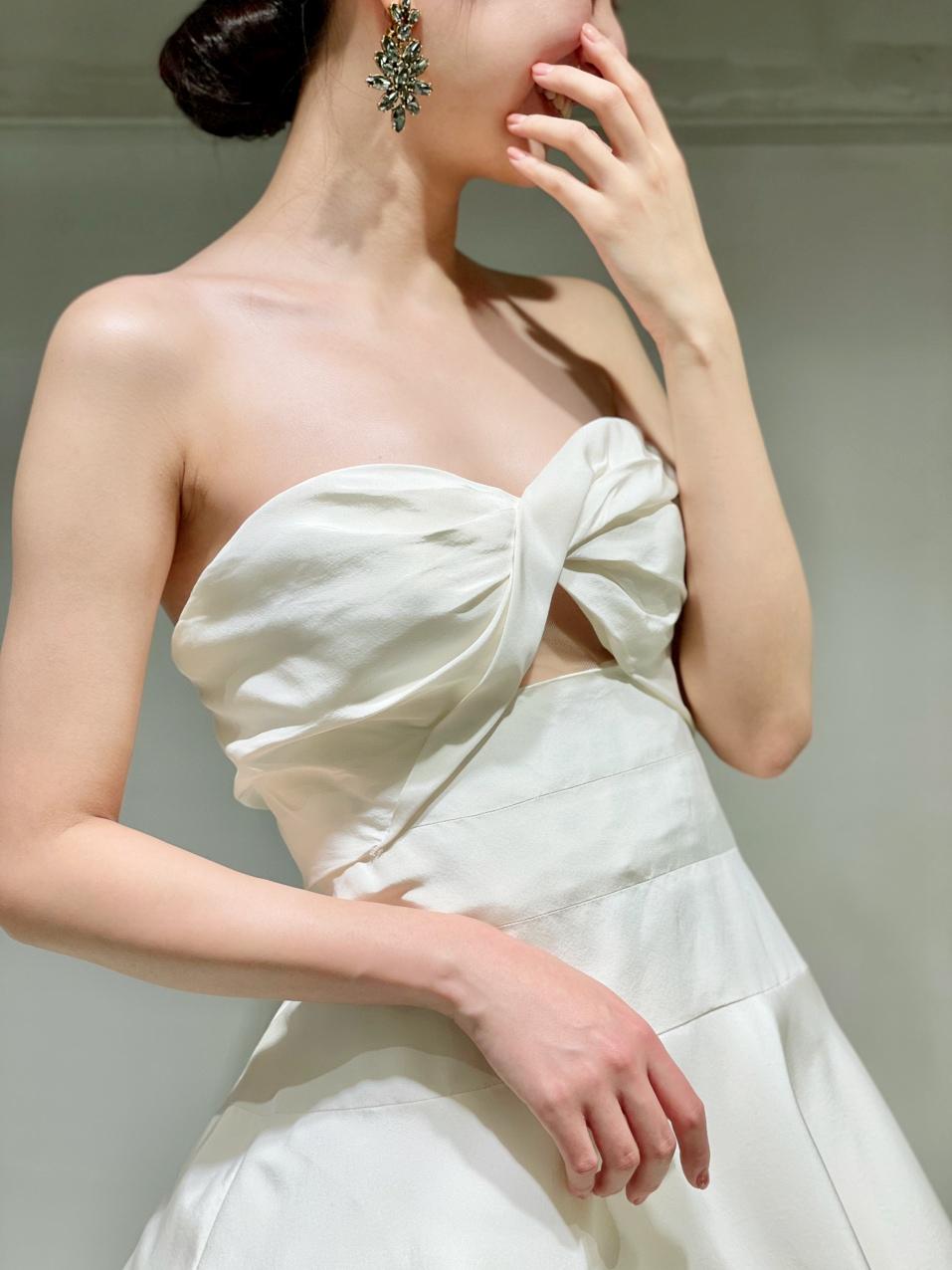 ザ・ガーデン・オリエンタル大阪の自然豊かでナチュラルな雰囲気におすすめのザ・トリートドレッシングのオスカー・デ・ラ・レンタのAラインのウエディングドレス