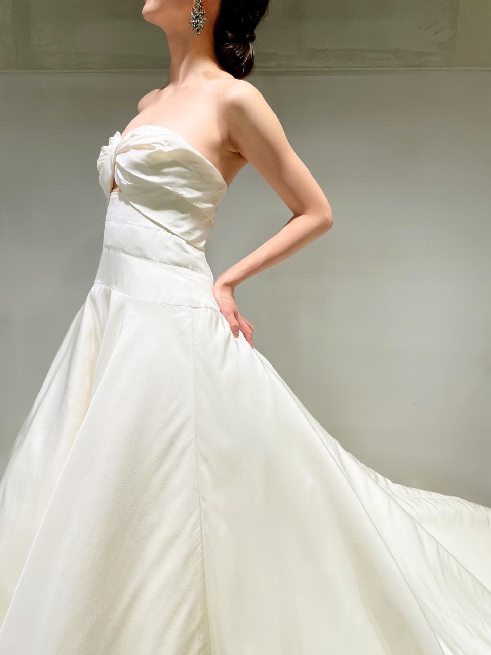 ウエストラインのシルエットが美しいウェディングドレスの取り扱いがある、大阪の結婚式会場で人気のインポートドレスショップのザ・トリートドレッシング