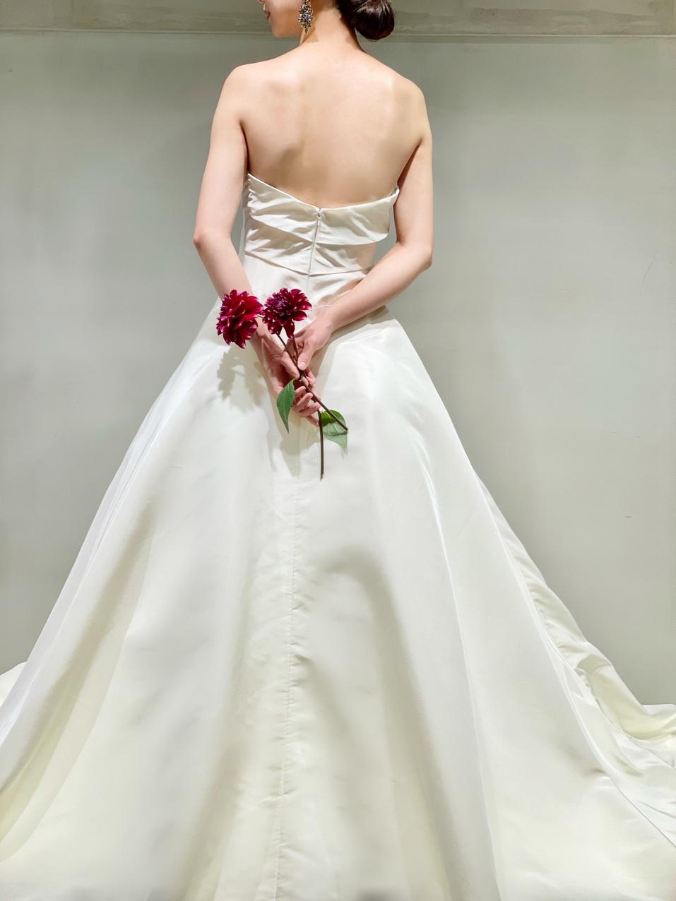 背中の見え方が美しいザ・トリートドレッシングのビスチェタイプのシルクのウェディングドレスに赤のブーケを合わせた大人っぽいコーディネート