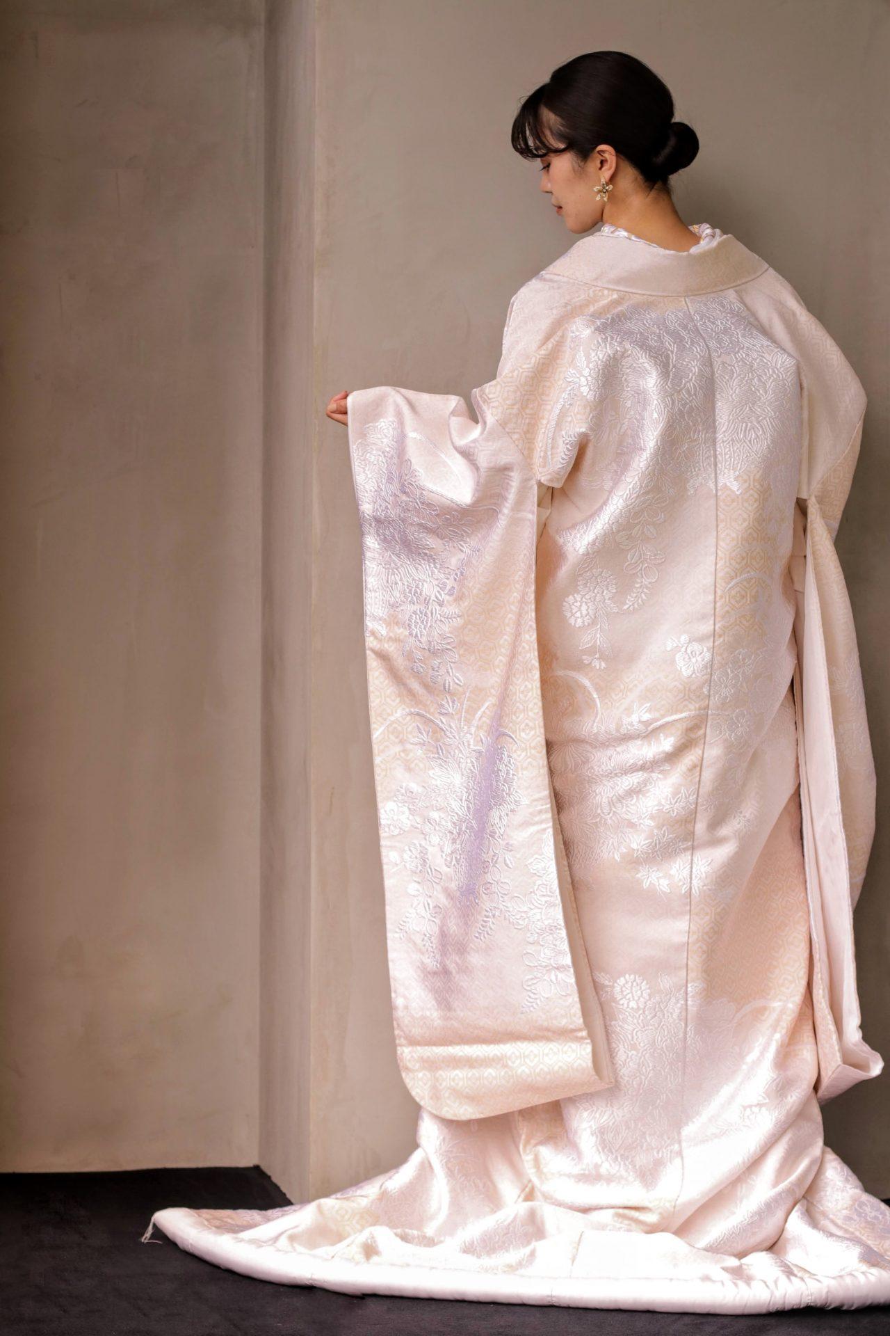 長寿吉兆、永遠の繁栄を意味する亀甲文様に、様々な花の刺繍がほどこされた白無垢はザ・トリート・ドレッシングの新作のレンタル和装で、神社や神殿での神前式にはもちろん、前撮りでお写真を残される方も多いモダンと古典が融合した唯一無二の1着です