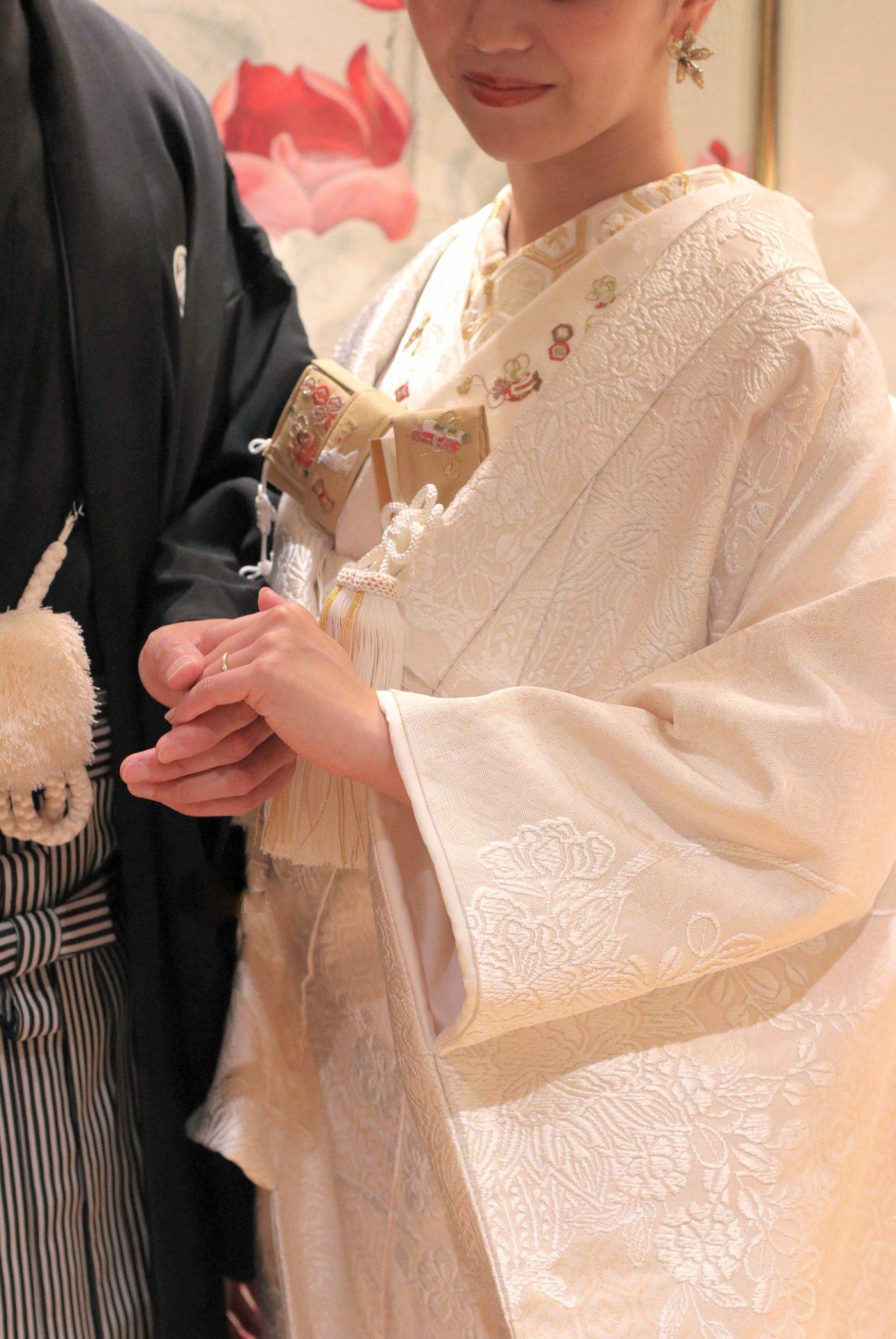 THETREATDRESSINGアディション店より新年最初にご紹介させていたくお衣裳は、室町時代から受け継がれてきた正装である婚礼衣装の白無垢で、紋付き袴姿のご新郎様と寄り添うお洒落な和装のコーディネートです