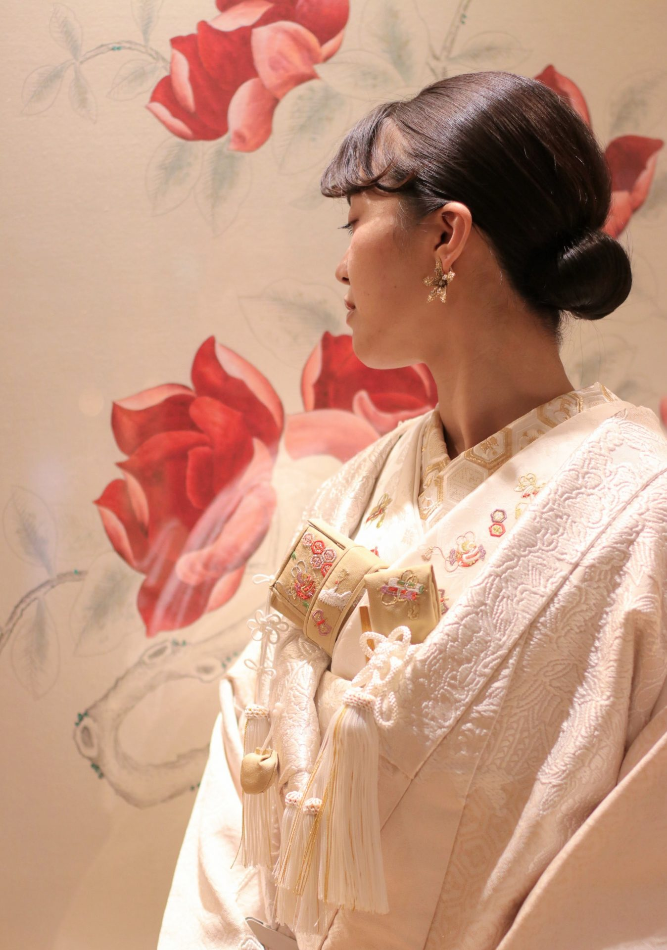 ザ・トリート・ドレッシングの提携会場である、東京の五つ星ラグジュアリーホテル パレスホテル東京の神殿にて行う結婚式には、鶴や鳳凰の柄ではなく豪華絢爛な四季の花がふんだんに織られた春らしくモダンなお小物でコーディネートし、花嫁様の白無垢姿をより一層お洒落に引き立てます