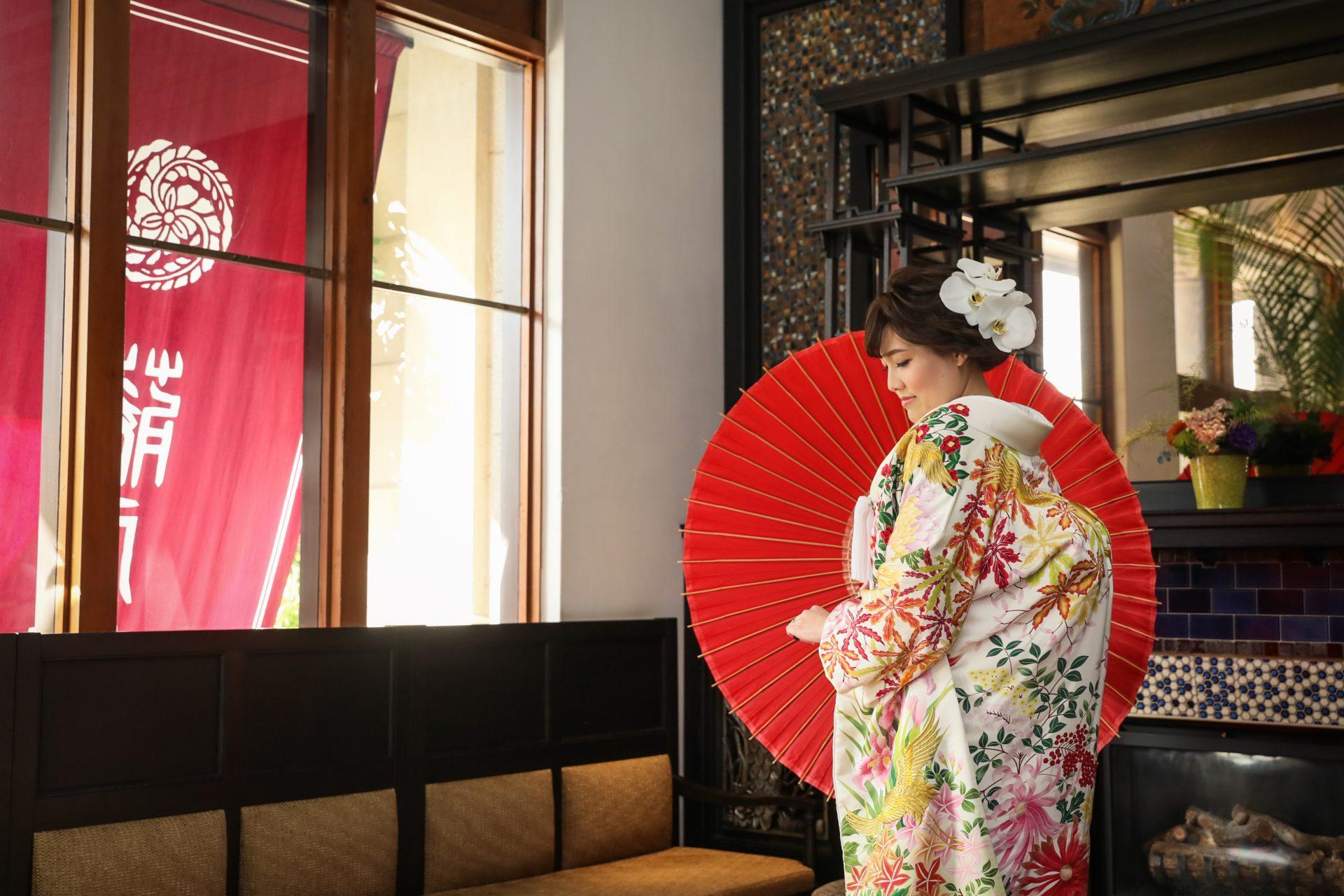 アールデコ様式美が圧巻の藤屋御本陳エントランスで秋らしい色打掛とダイナミックな胡蝶蘭をヘッドピースに使用したご新婦様