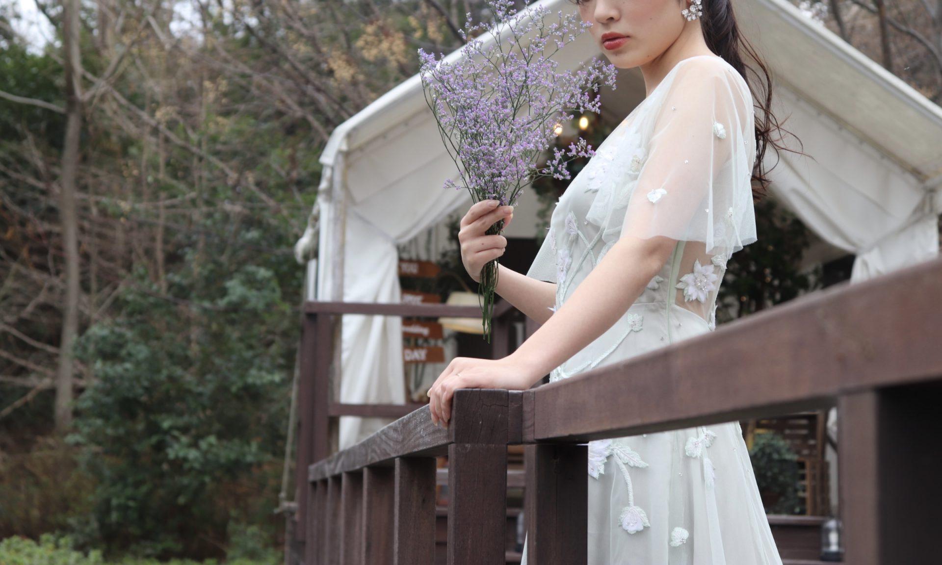 関西のナチュラルな結婚式会場に合うくすみ系の袖付きカラードレス