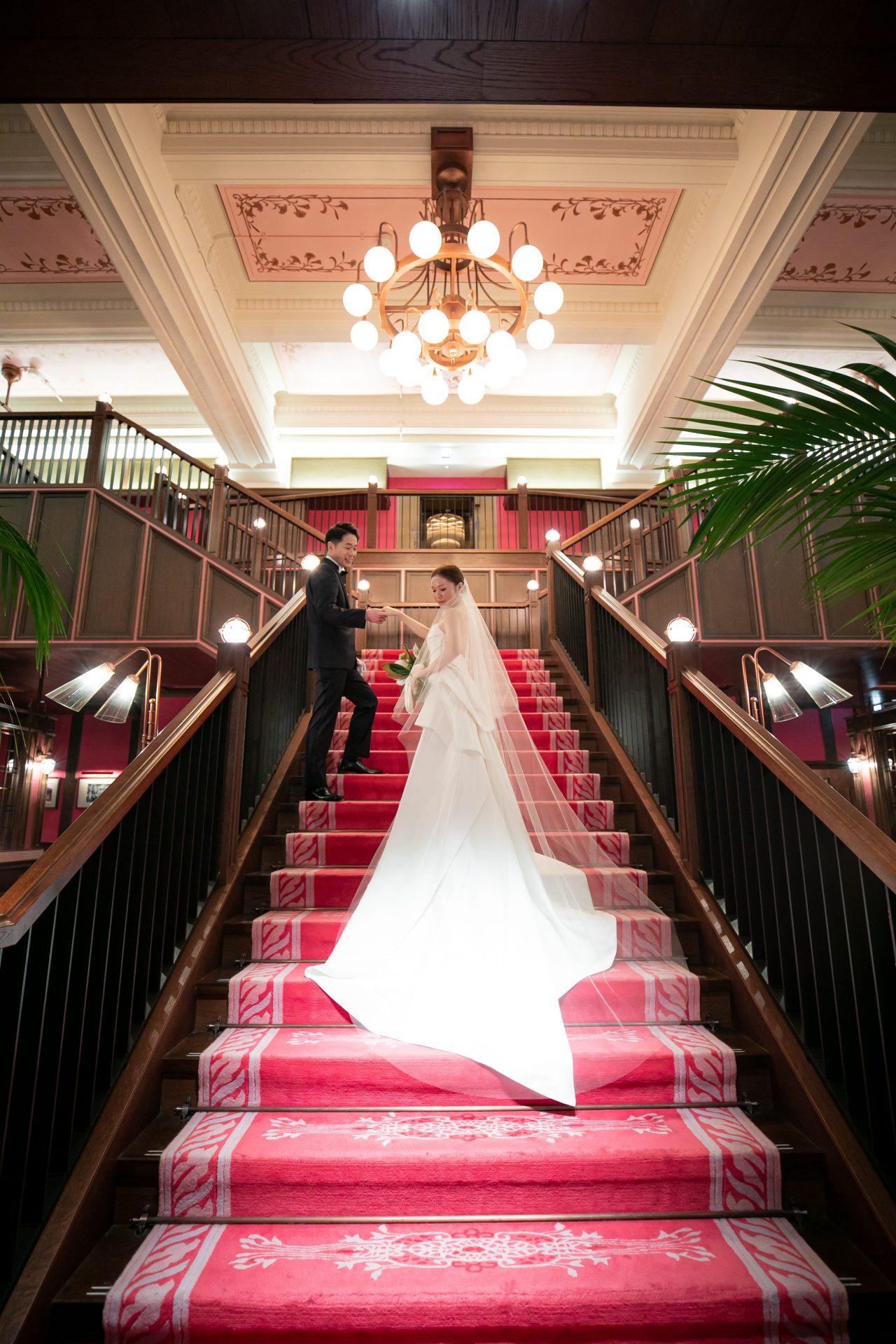 ザトリートドレッシング名古屋店のウェディングドレスでザ・コンダーハウスの大階段での撮影