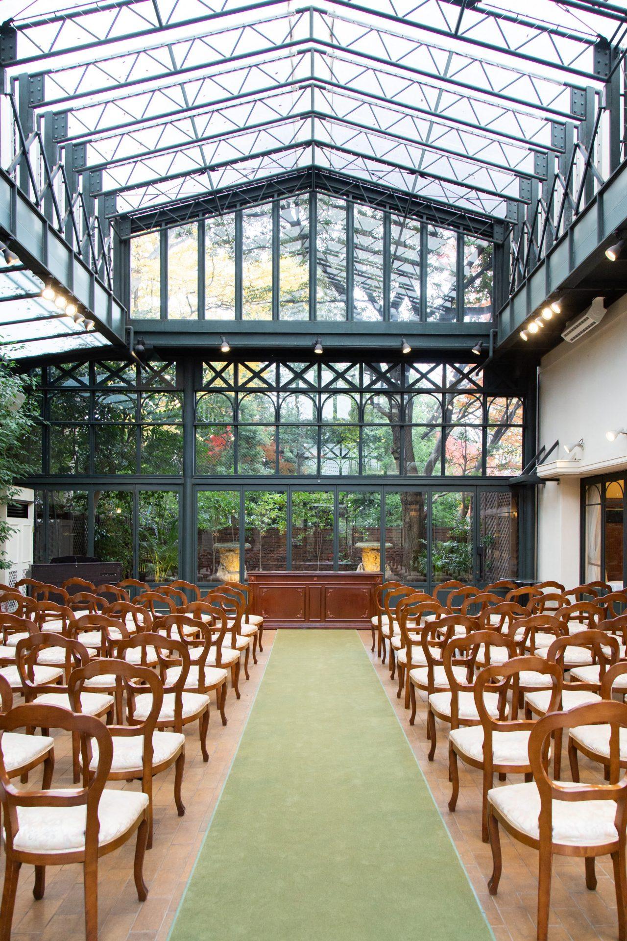ひらまつ系列、リストランテASOは全面ガラスの開放感のあるガーデンチャペルで結婚式を行うことができます。