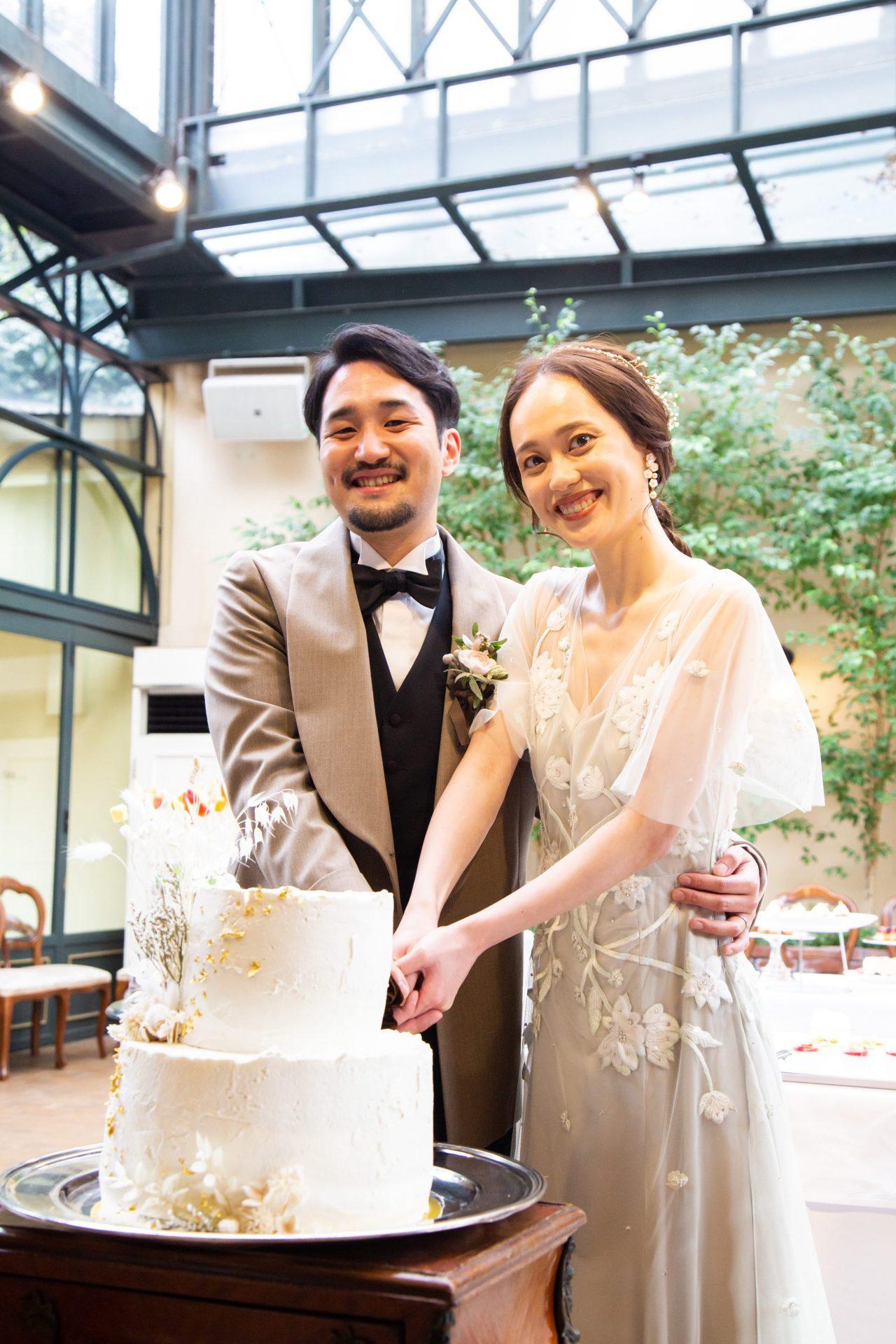 お色直しに行ったガーデンチャペルを背景に行うケーキ入刀は、カラードレスのグリーンの色合いと、ベージュのタキシードのコントラストがオシャレでフォトジェニックな写真が撮れます。