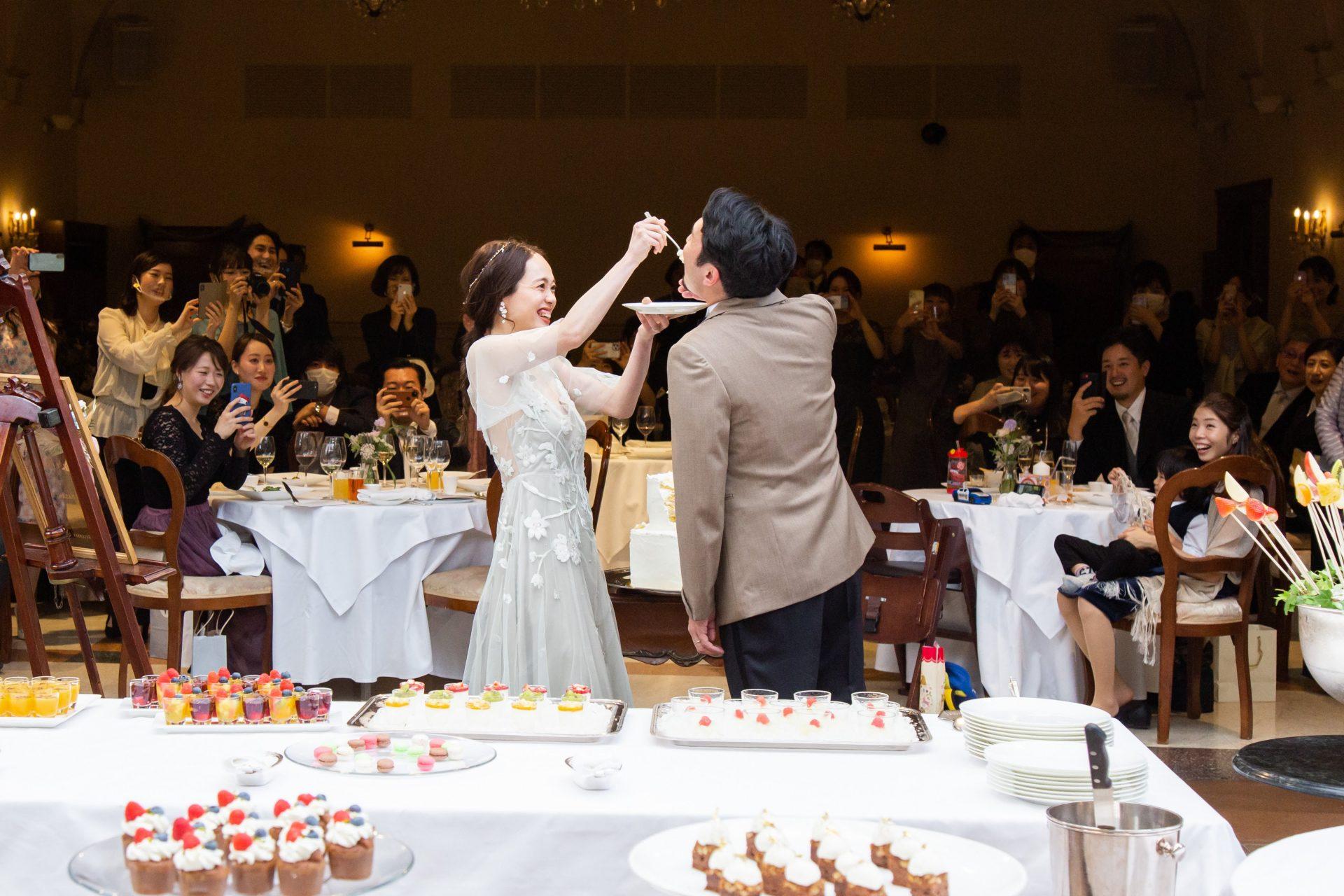 披露宴会場から続くガーデンチャペルで行ったケーキ入刀とファーストバイトはゲストと新郎新婦のソーシャルディスタンスを保ちながら楽しむことができます。