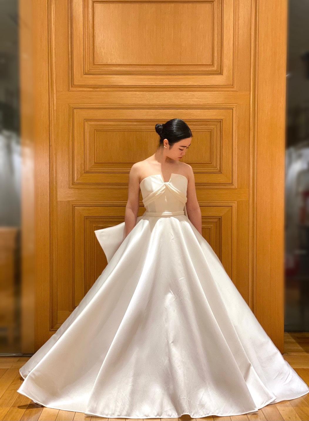 ステンドグラスの窓からたっぷりと自然光が差し込む開放的なチャペルでお召しいただきたいAラインのサテンのウェディングドレス