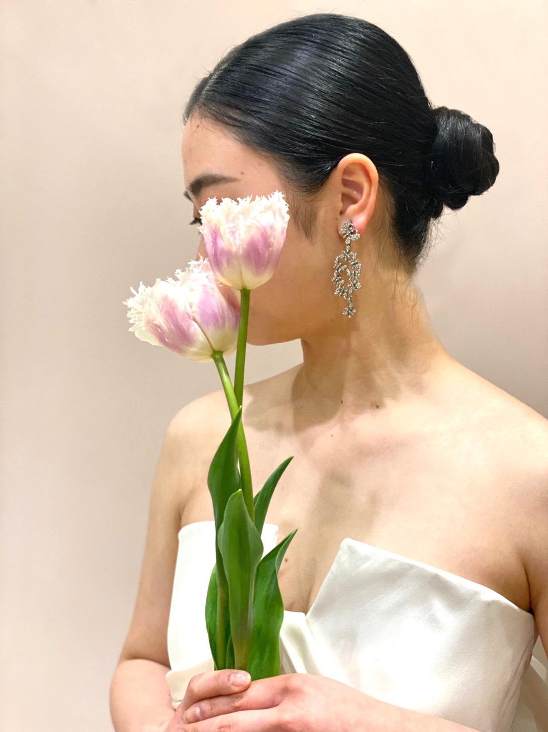 アントニオリーヴァのサテンのドレスにオスカーデラレンタの蝶々のイヤリングを合わせたスタイリッシュで上品なコーディネート